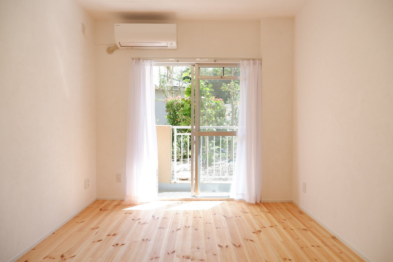 続いては、2DKの広さのあるこちらのお部屋。このシンプルでナチュラルな感じ。好きな方も多いのでは?ここは大きさや収納スペースがまったく同じタイプのお部屋が2部屋あります。二人で住むことになってもケンカにならない!