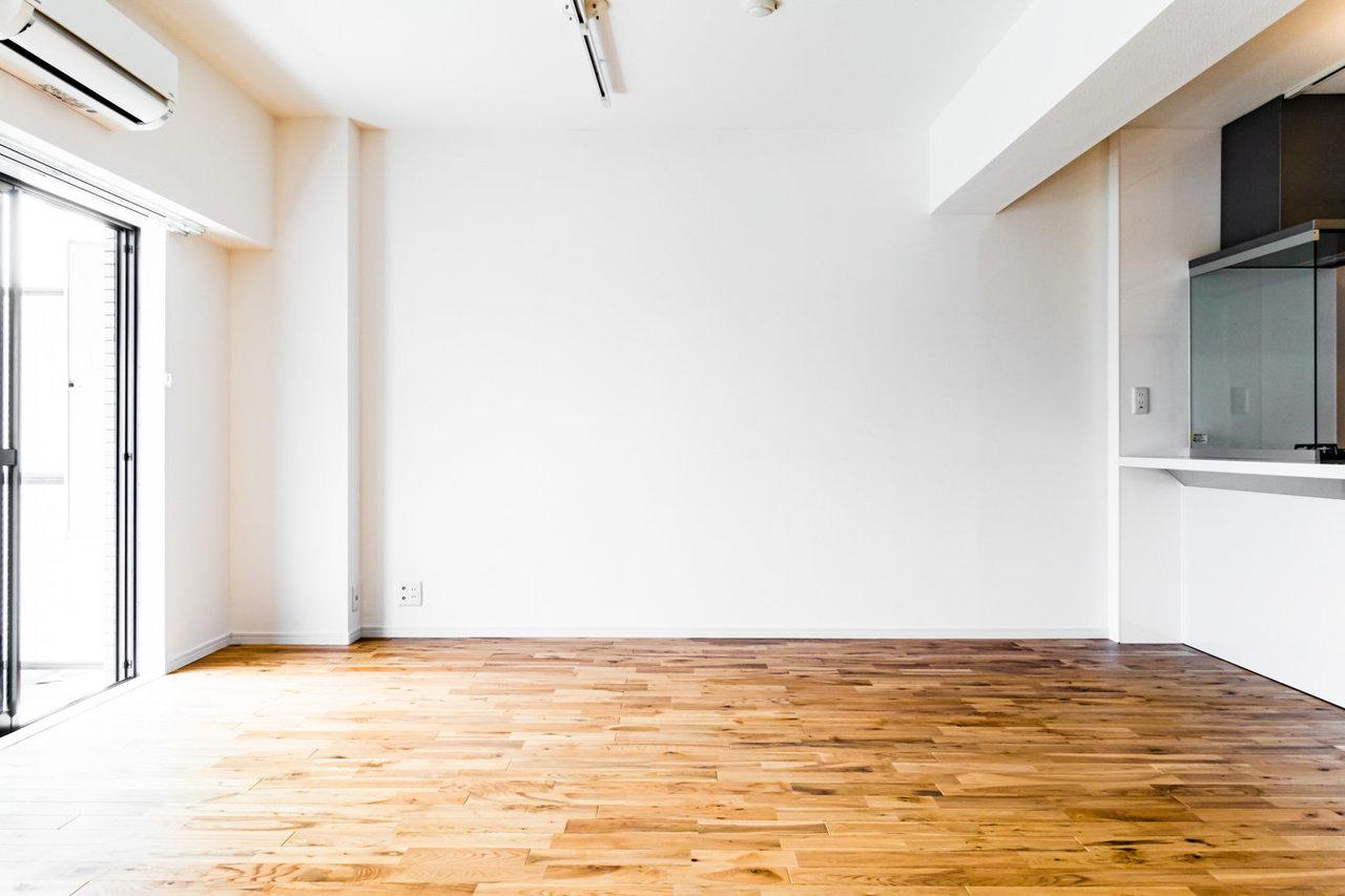 20㎡超えの広々リビング。机にイス、ソファー、本棚……。思いつくものを一通り揃えてもなお、スペースに余裕がありそうです。