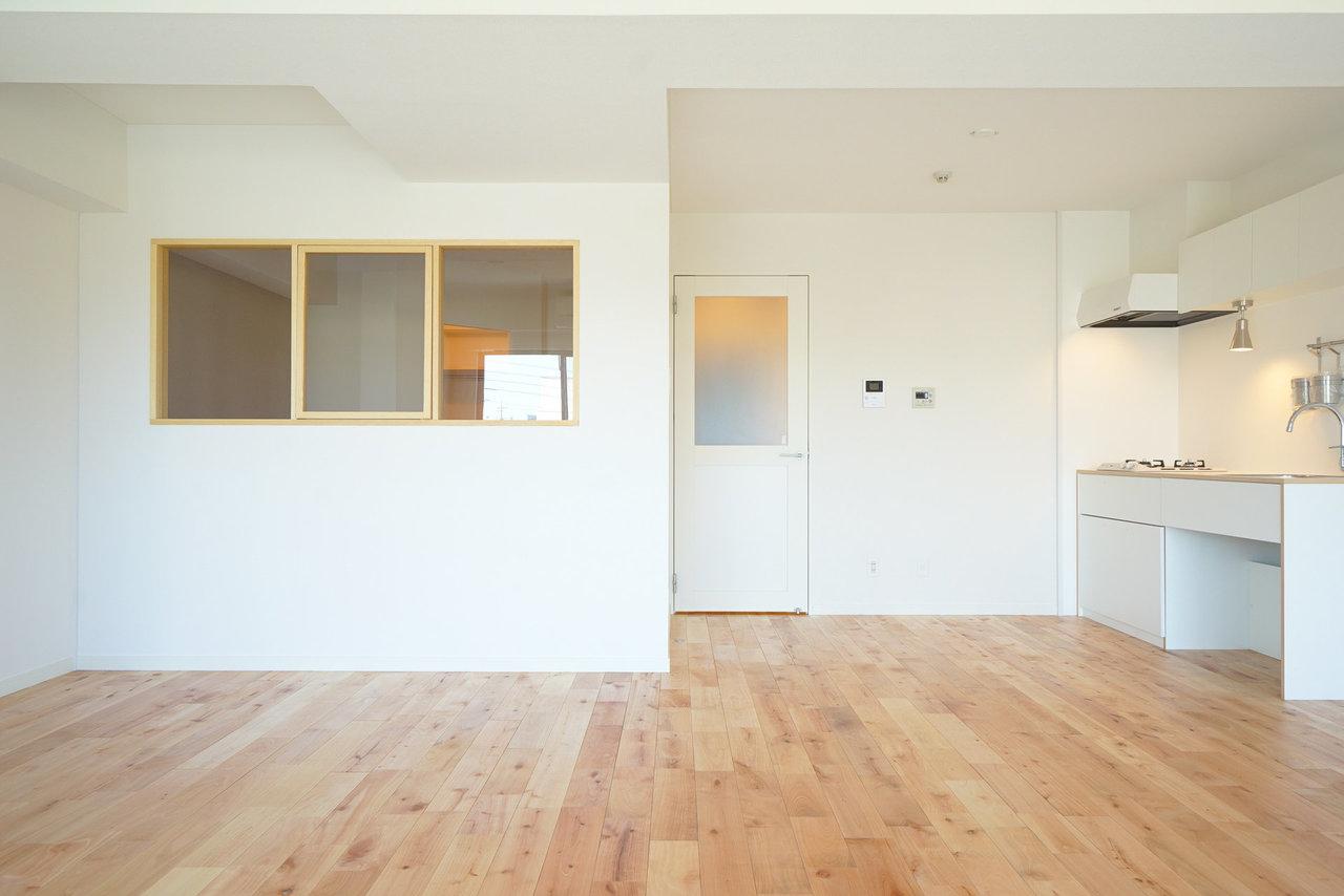 """goodroomのオリジナルリノベーション""""TOMOS""""のお部屋は、なんと全部屋無垢床を使用しています。こちらもそのひとつ。寝室とつなぐ小窓がかわいいですよね。"""