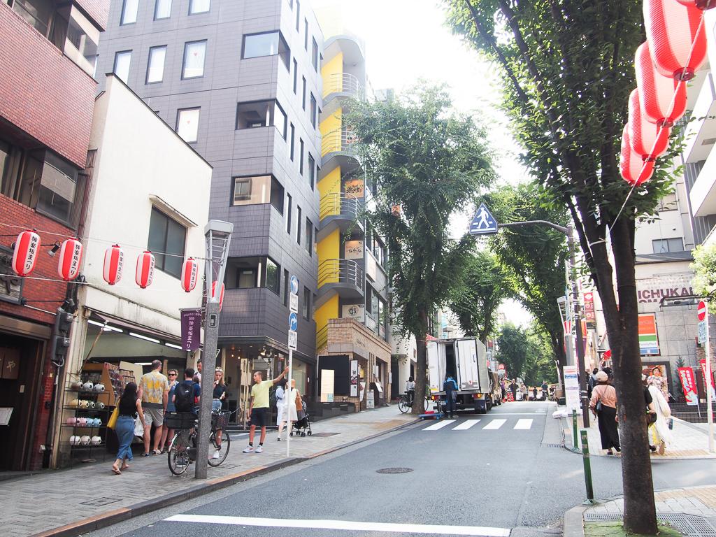 神楽坂駅から飯田橋駅までをつなぐ坂道。その名も「神楽坂」