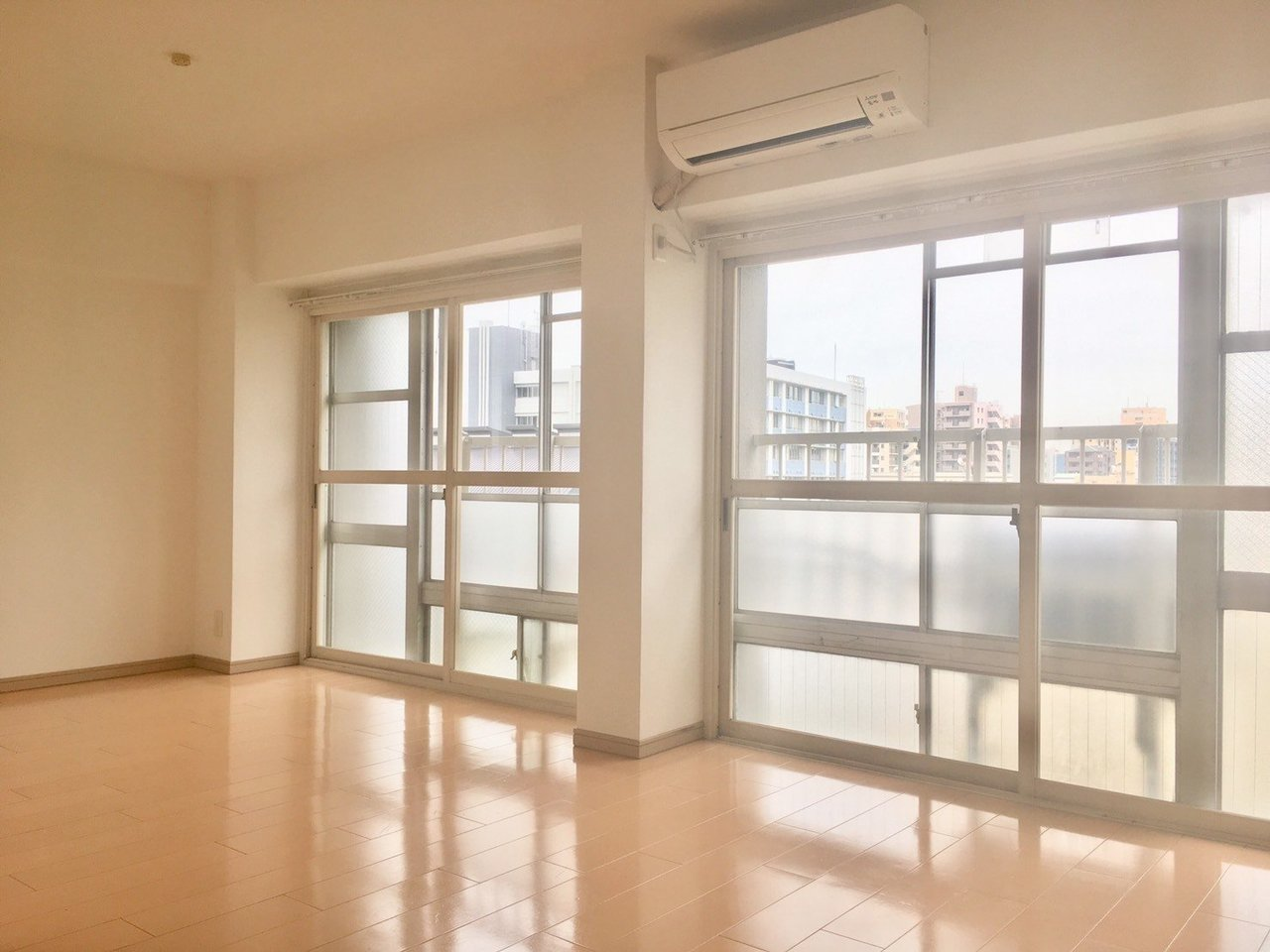 桃谷駅から徒歩5分。広いサンルームがついているこちらのお部屋。これだけ広いサンルーム付きのお部屋は初めて見ました。西向きですが、そうとは思えないほど日当たりはばっちりです。