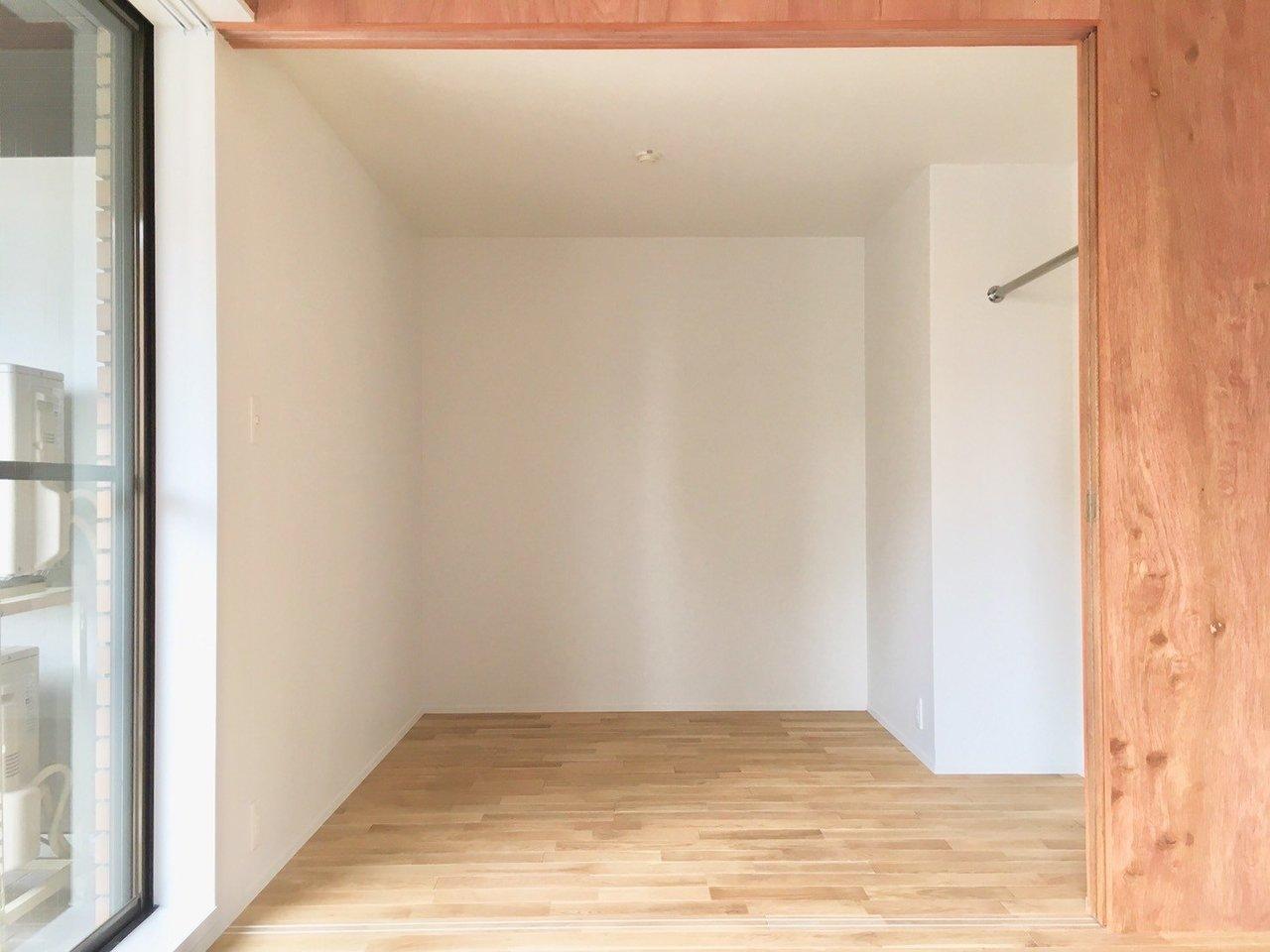 リビングからつながっている洋室は、これまた同じむき出しの木材のスライドドアで仕切られています。閉めていれば、大きな木の箱みたいで面白い!洋服をかけられるようにもなっています。
