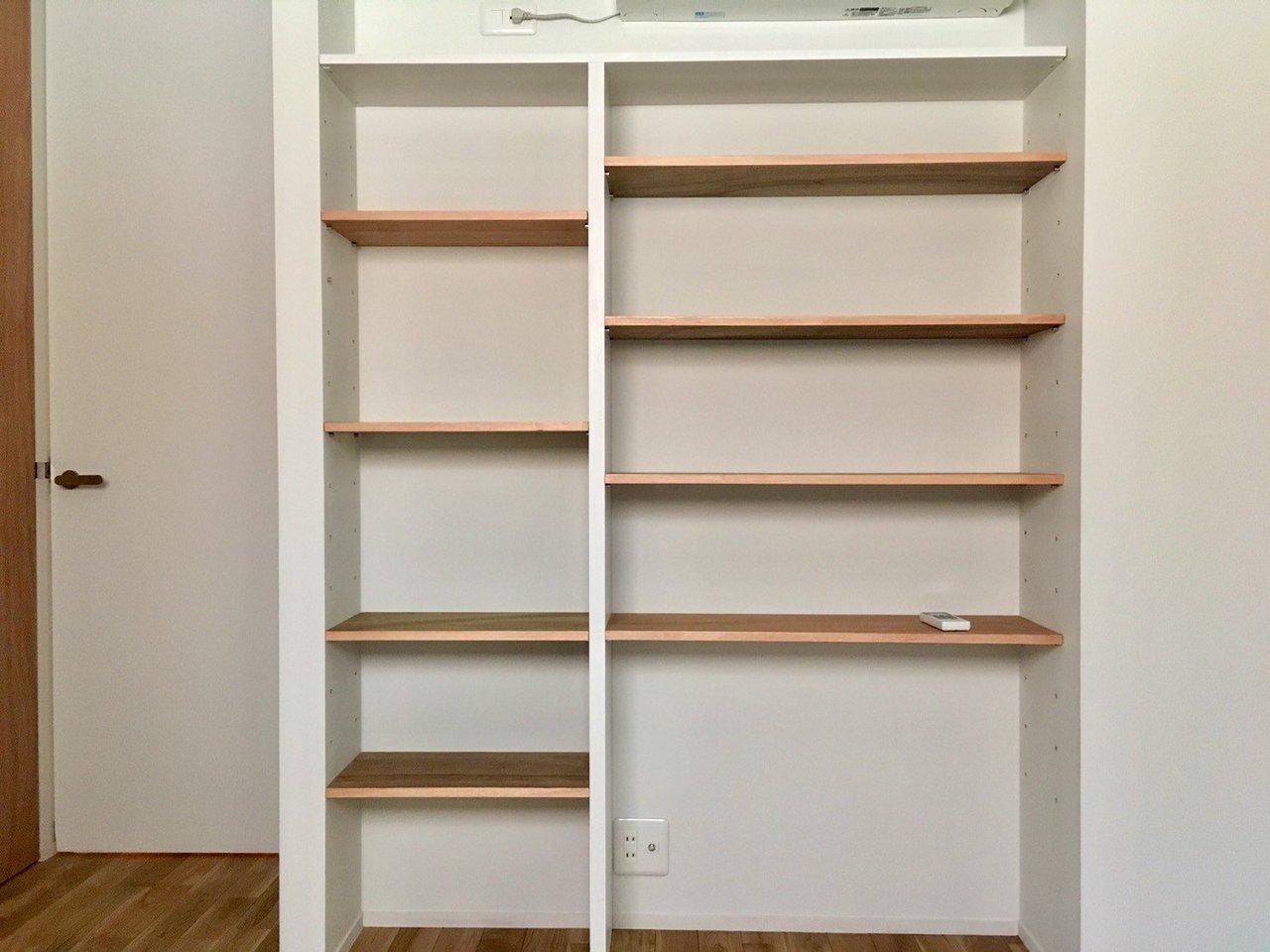 もうひとつ、玄関脇の洋室には、こちらも木を使った棚が用意されています。本棚にしたり、カゴなどを置いて収納スペースにしたりして活用できそうですね。