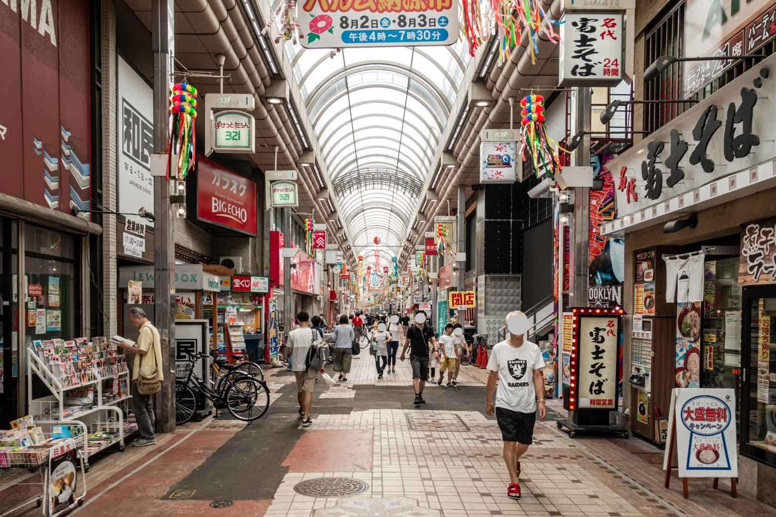 70年以上の歴史を持つ〈武蔵小山商店街パルム〉。アーケードなので雨の日でも気にせずお買い物できますよ。ちなみに〈パルム〉は、友達を意味する〈パル〉という言葉と、武蔵小山の頭文字である〈ム〉を組み合わせた造語とのこと。