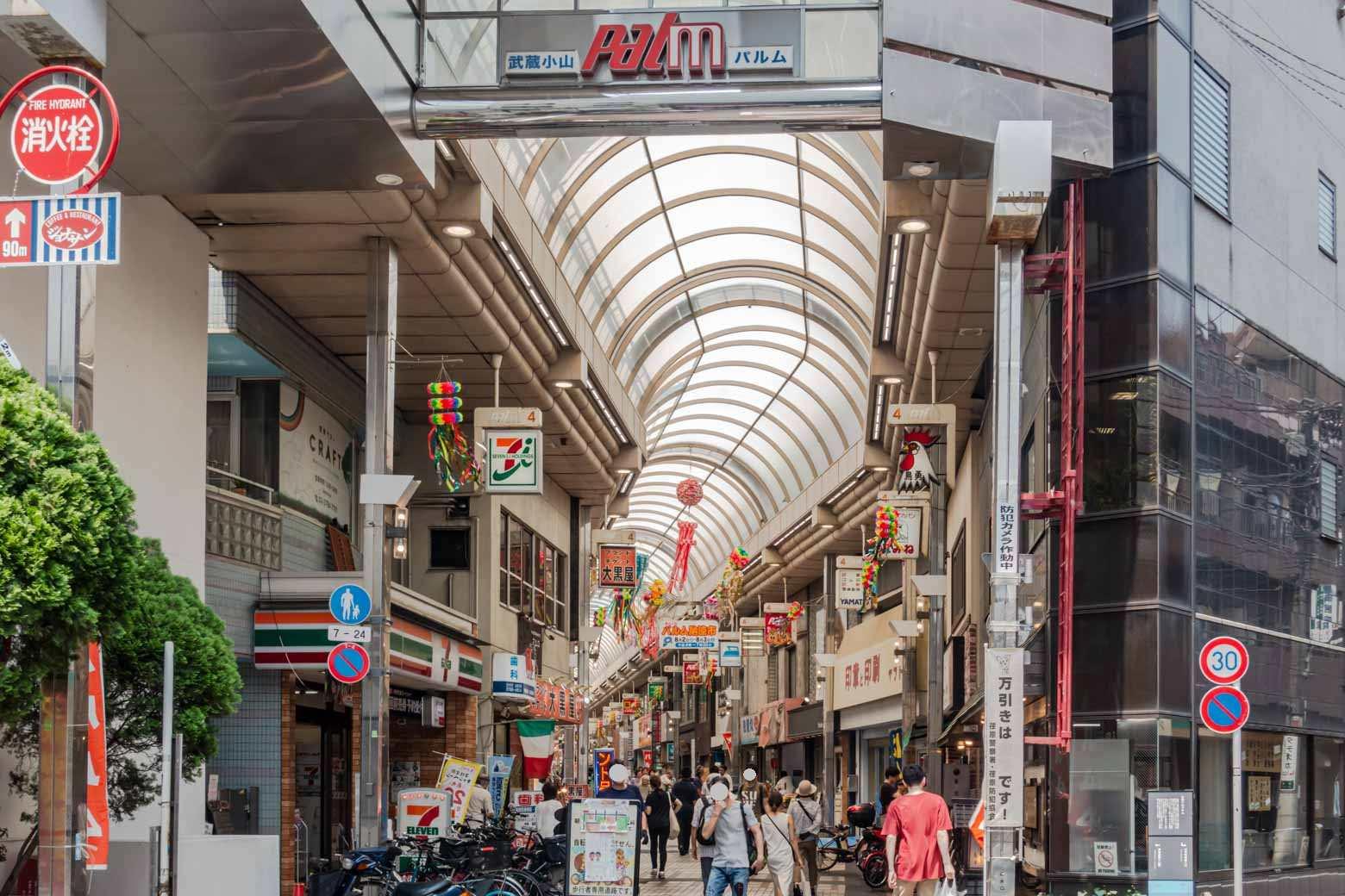 色々な特長をもつ商店街ですが、個人的には、チェーン店の充実ぶりがすごいなと感じます。駅直結の〈エトモ武蔵小山〉と併せたら、主要なチェーン店はほぼすべて揃っているといっても過言ではないかと。