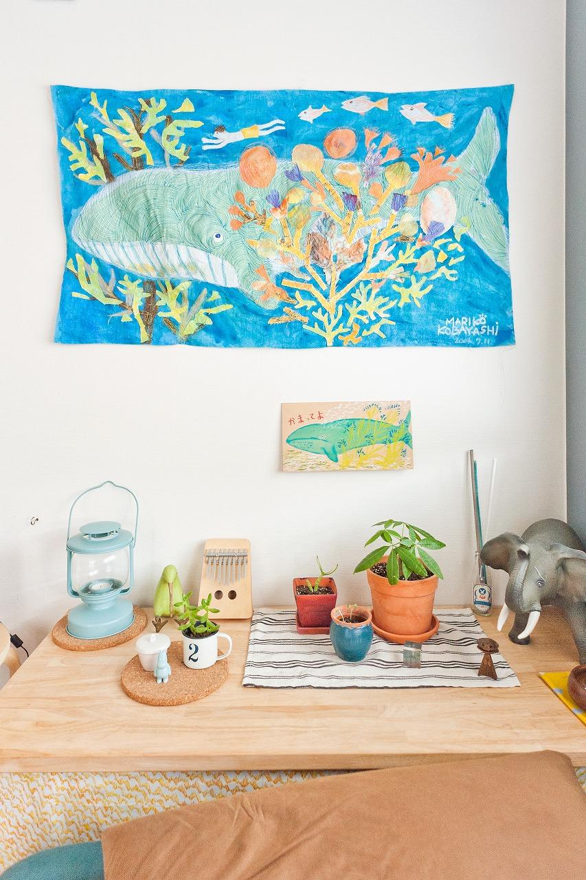 「海」をクジラと一緒に泳いでいる、こんなアート作品を飾るのもとても素敵!(このお部屋はこちら)
