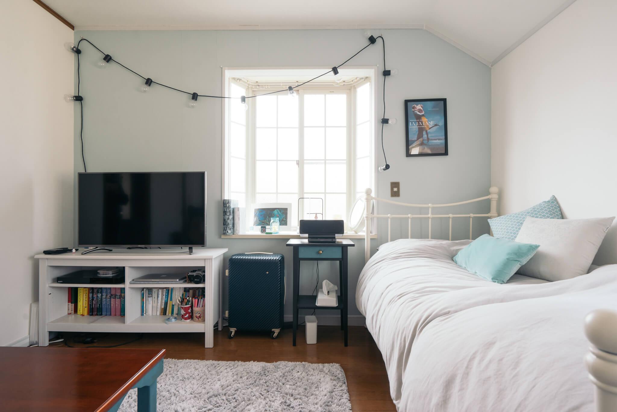 貼って剥がせる壁紙で淡いブルーの壁をつくり、クッションカバーなどのファブリックも青に合わせた、落ち着くお部屋。