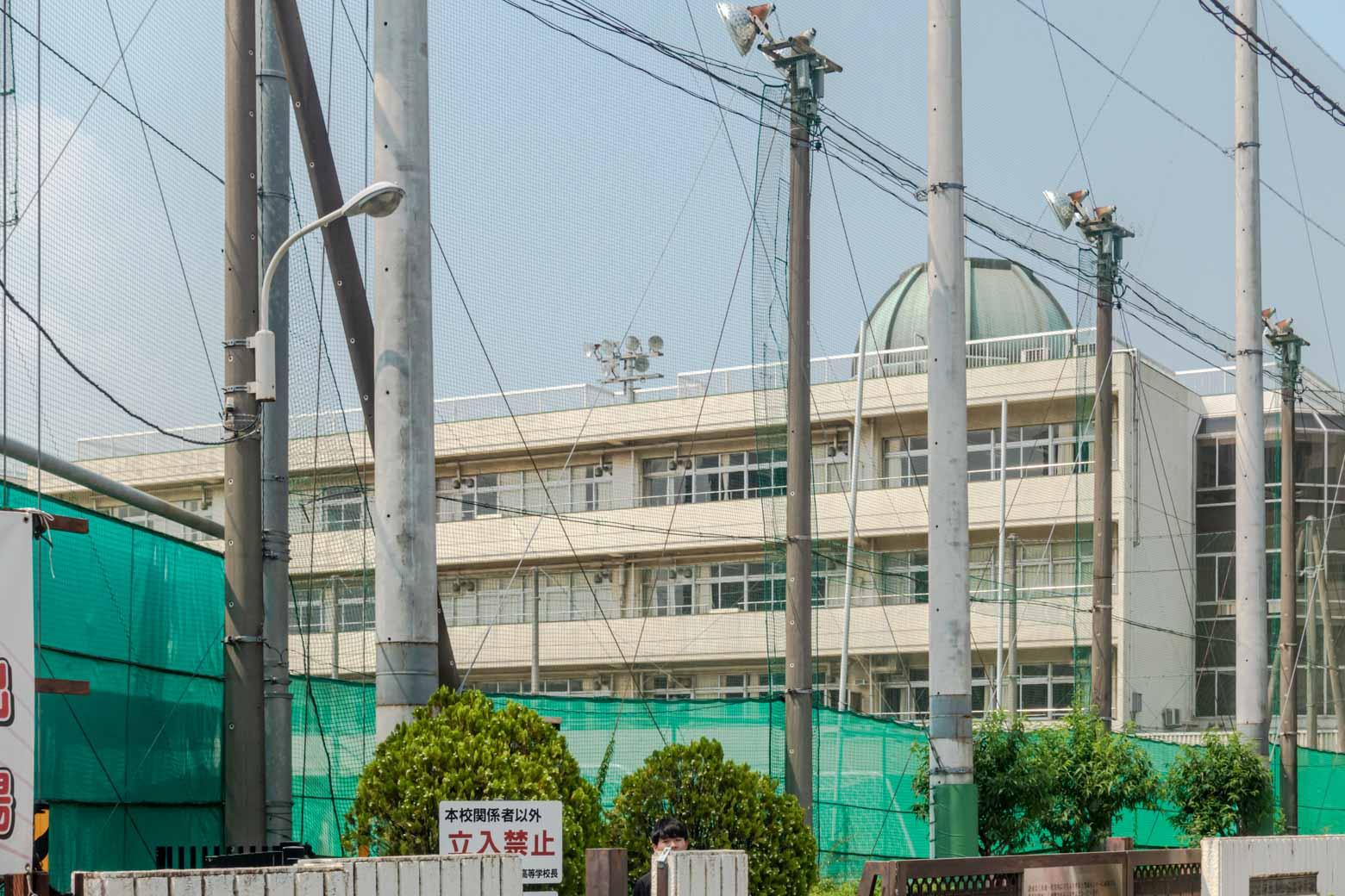 こちらが小山台高等学校。西口商店街はこの高校の南側にあります。