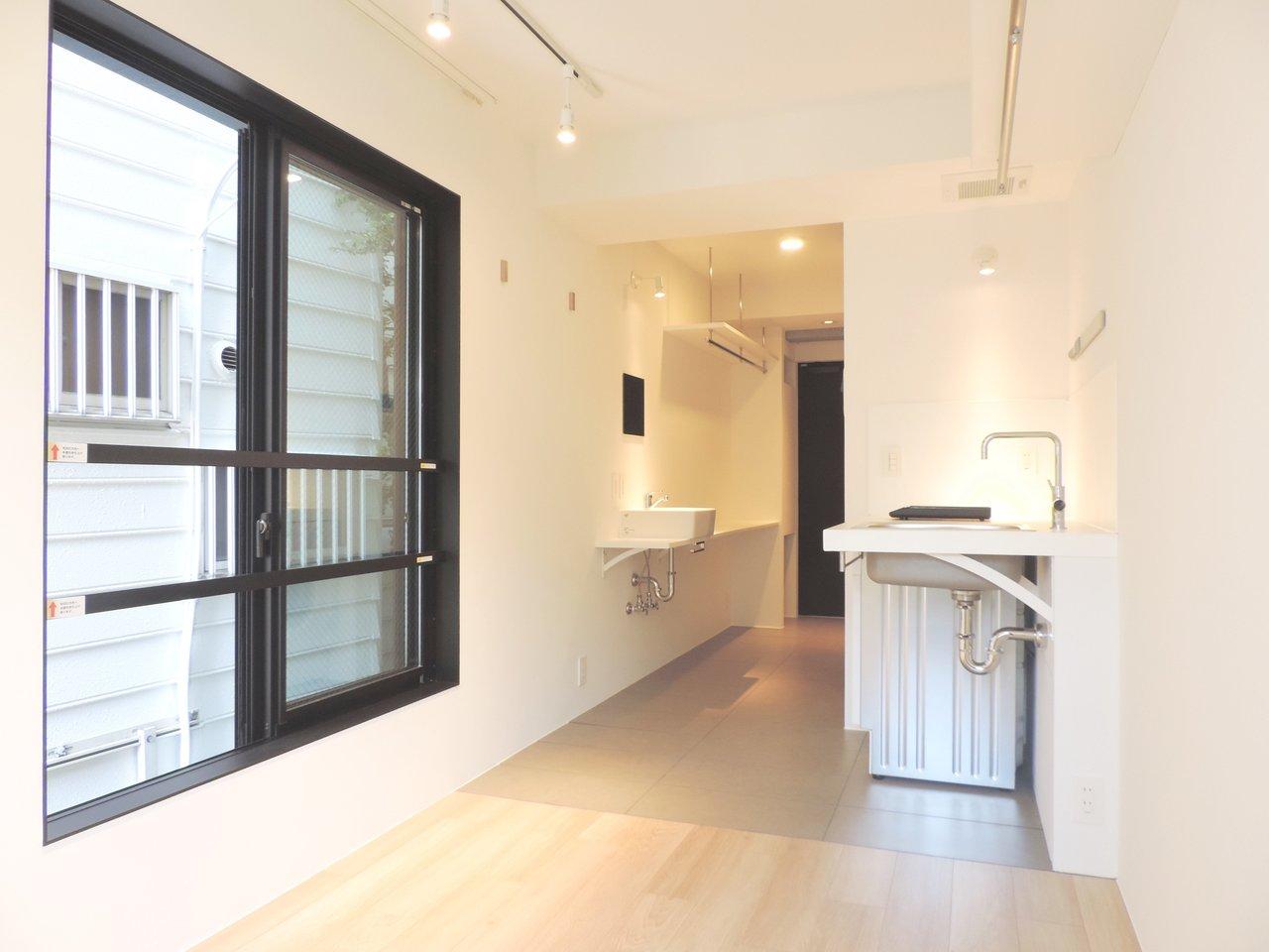 外観からこだわったデザイナーズ・マンションです。約16㎡とお部屋はコンパクトですが、細かい工夫が施されていて、なかなか暮らしやすそうですよ。