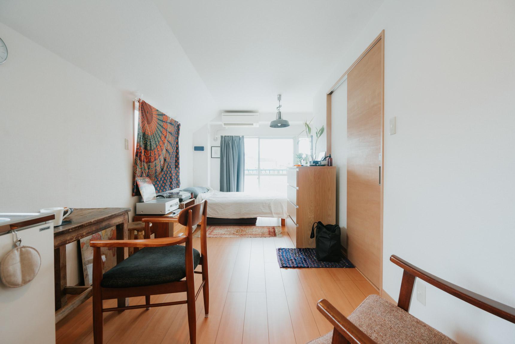 広めのワンルームに「あえて、バラバラの家具」でつくる、フレキシブルな一人暮らしインテリア