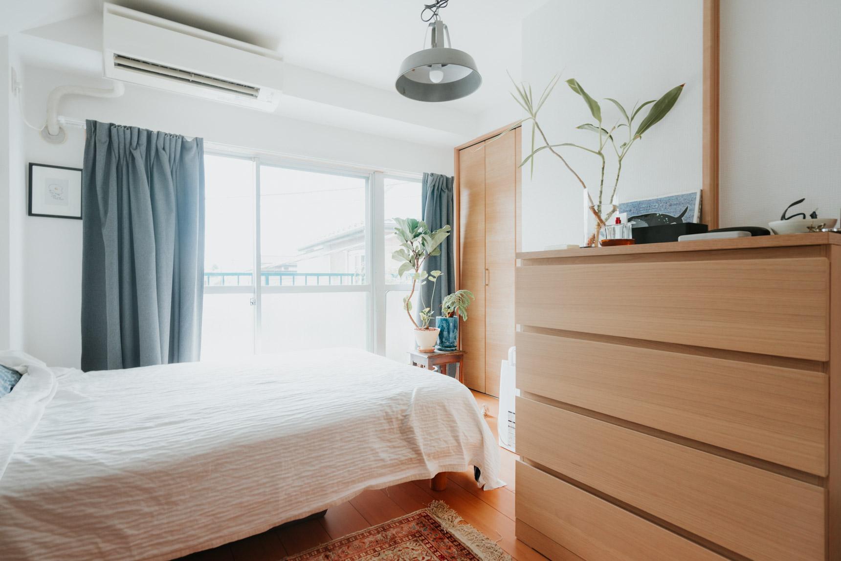 ベッド側には、譲ってもらったというチェストを置いて収納力をカバー。偶然ですが、木目の色がお部屋の建具とも調和しているので大きなチェストでもうまく空間に溶け込んでいます。