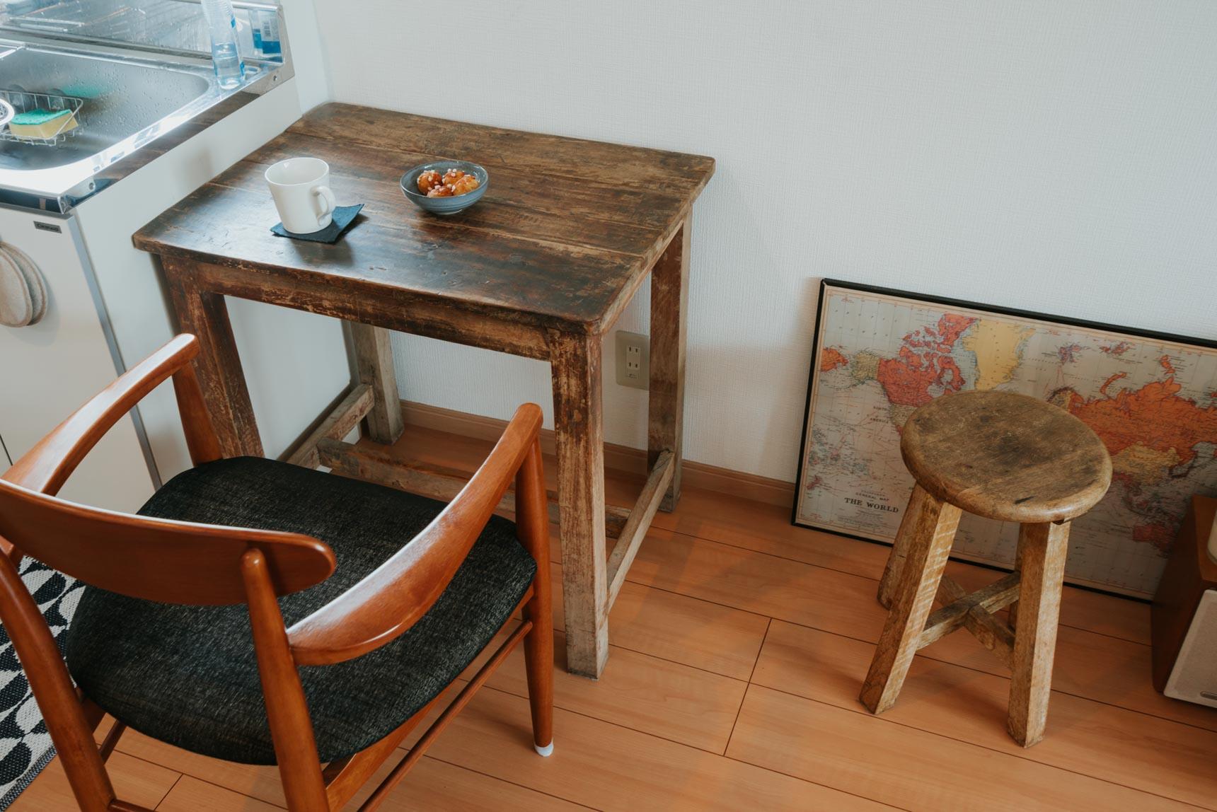 食卓にしているのはW%(http://www.whitepercent.com/)で購入したインドのテーブル。お客さんが来た時には位置をずらして、椅子を向かい合わせにします。こちらの椅子はAcme Furniture(http://acme.co.jp/)で購入。