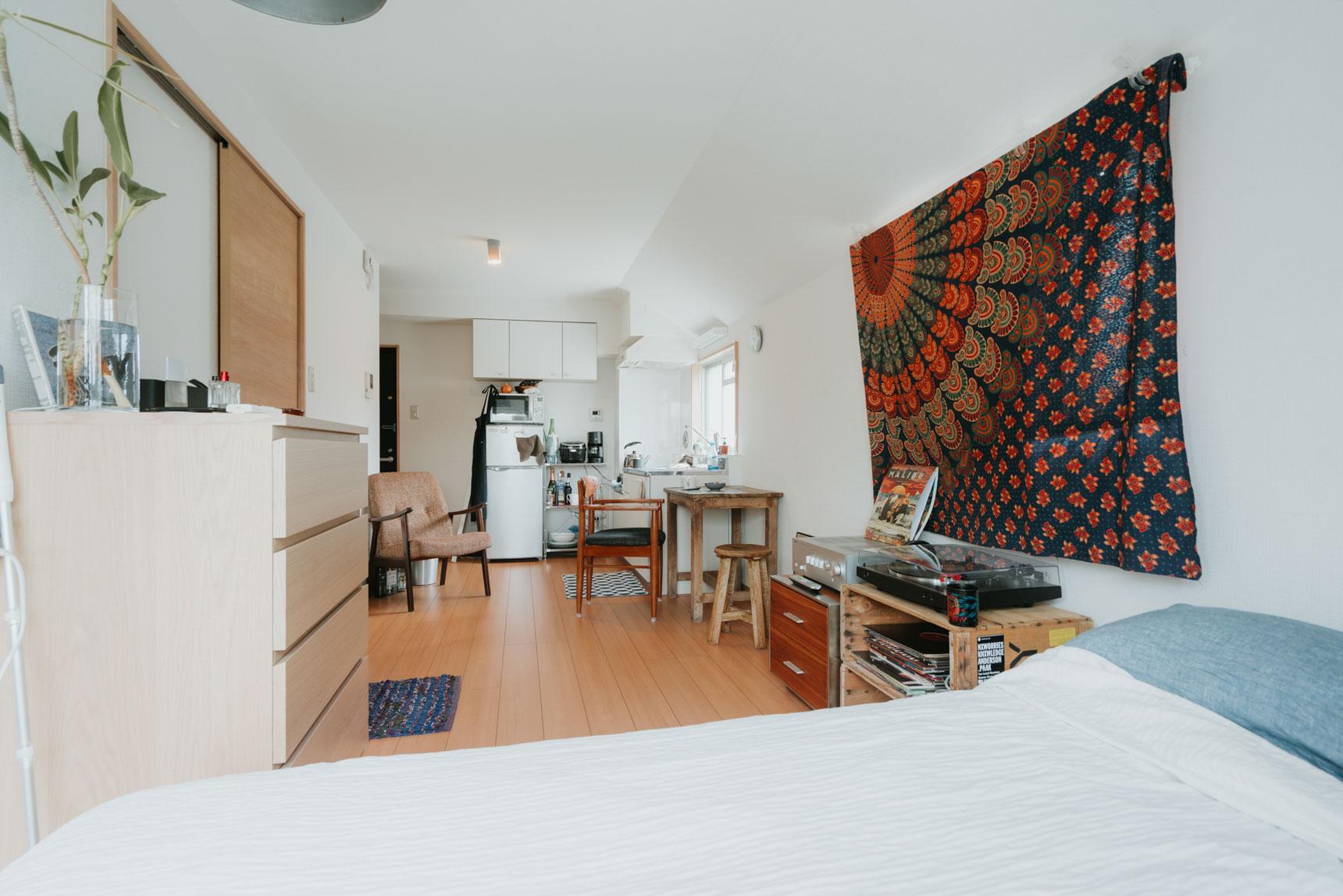窓側からお部屋を見ると、家具の配置はこんな感じ。「空間が広く見えるから、1Kよりワンルームを選びました」