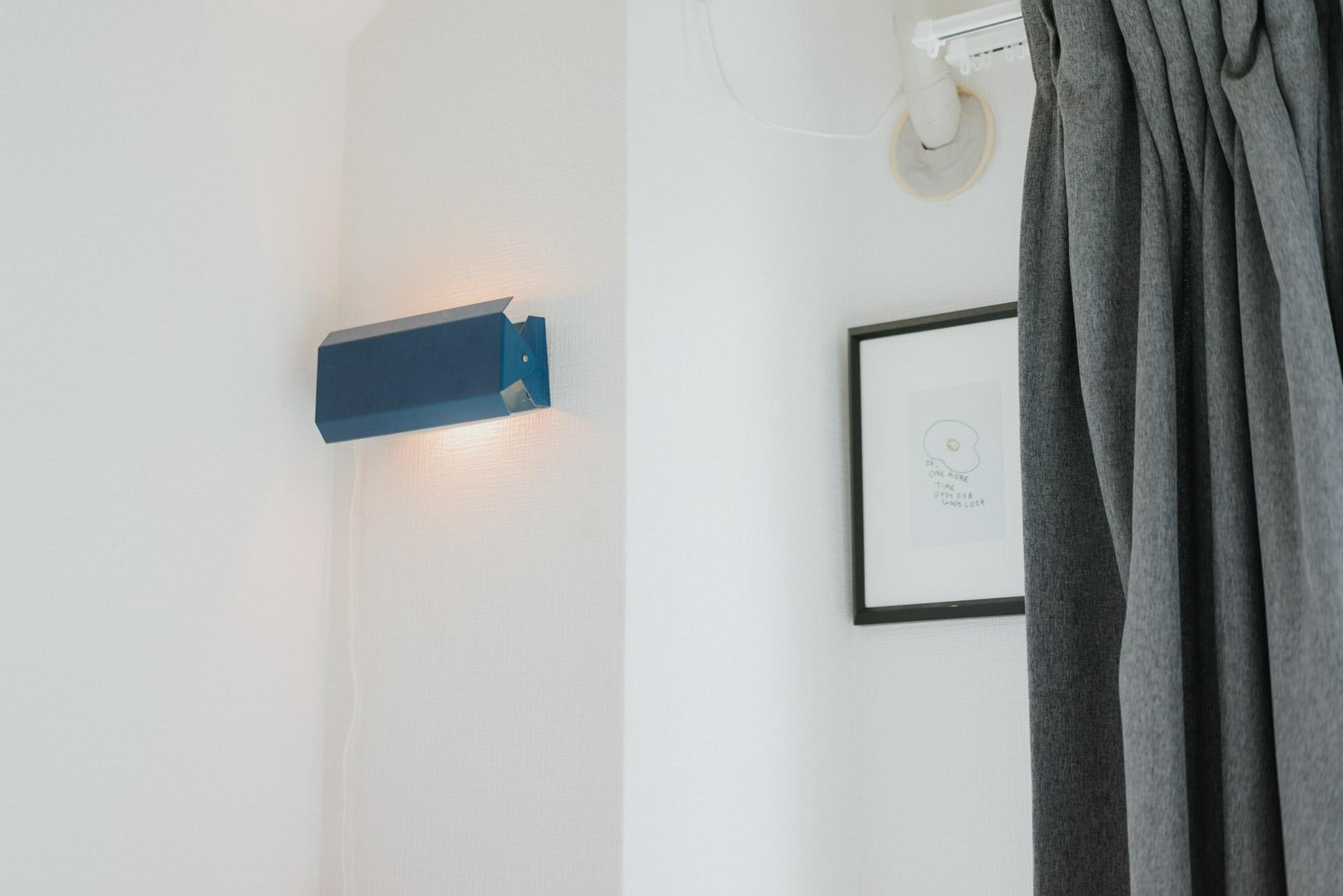 ベッドの横には、これもクスクスファニチャーで購入したランプと、ご友人の画家である松下沙花さん(https://www.sakamatsushita.com/)のアート作品を。