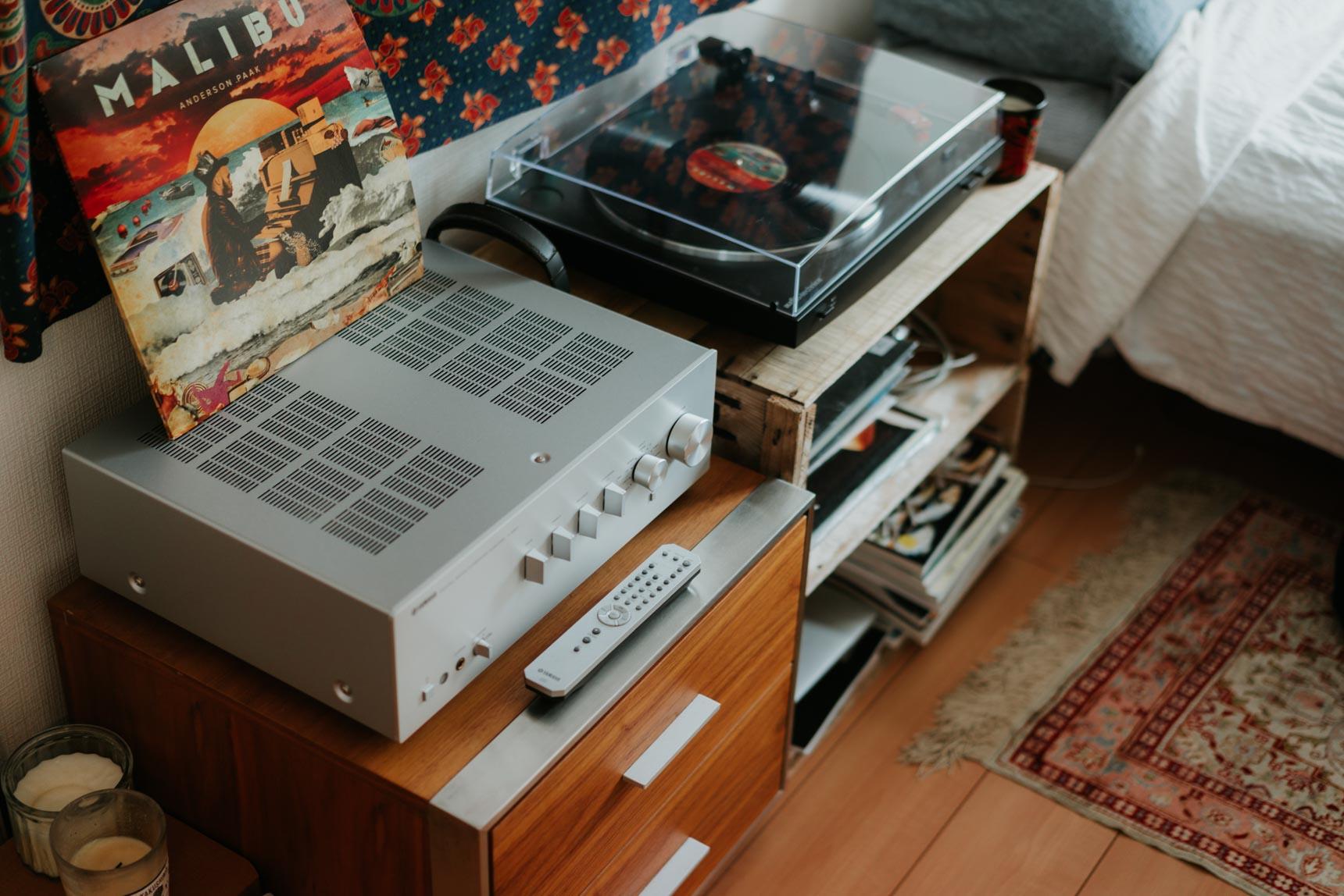 プレーヤーをのせ、レコードを入れるのにもぴったりの木箱はARKESTRA(https://www.arkestra.co.jp/)のフリーマーケットで手に入れたもの。