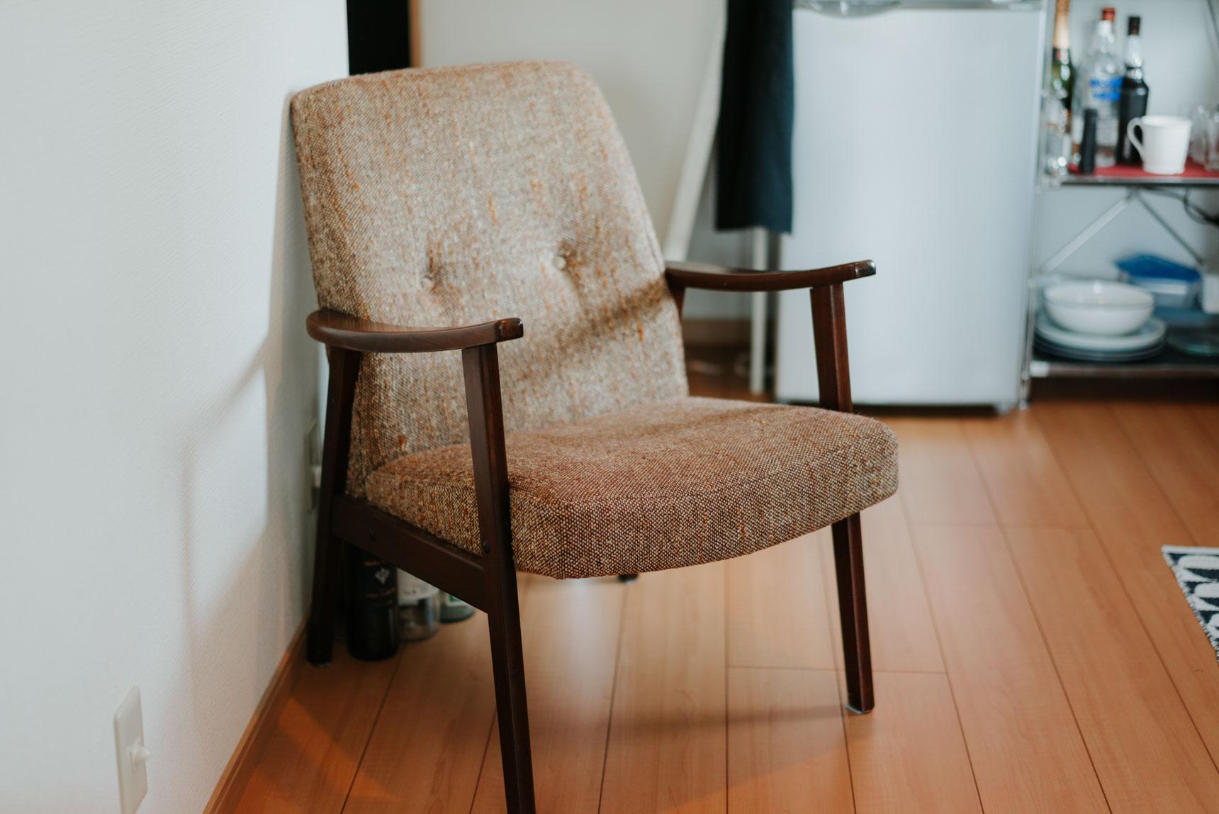 いかにも座り心地が良さそう。こちらは富ヶ谷のクスクスファニチャー(http://couscous-tokyo.jp/)で購入した、70年代の日本のもの。ライトの下に配置して、ゆっくり読書を楽しみます。