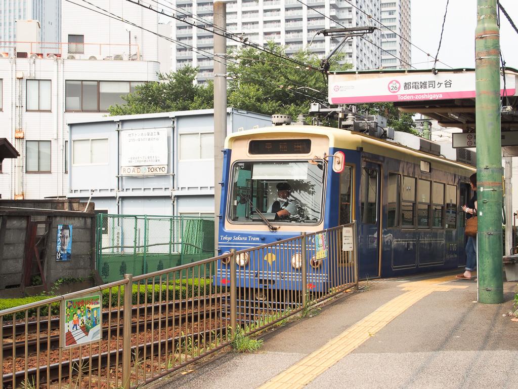 小さな車両がかわいらしい、都電荒川線。(写真は隣駅・都電雑司ヶ谷駅の様子)