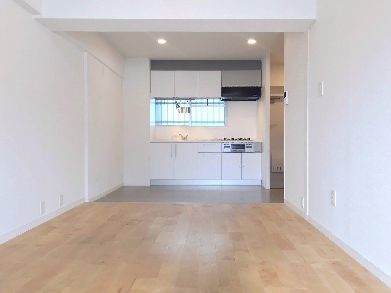 LDKはこんな感じ。キッチン前は土間に、リビング部分は無垢床になっているんです。メリハリがきいてかっこいい。