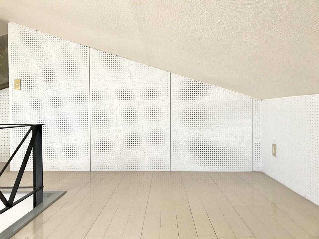 ロフトの壁はこんな風に全面が有孔ボード。自分の気に入ったギアをかっこよく飾って使いたいですよね。