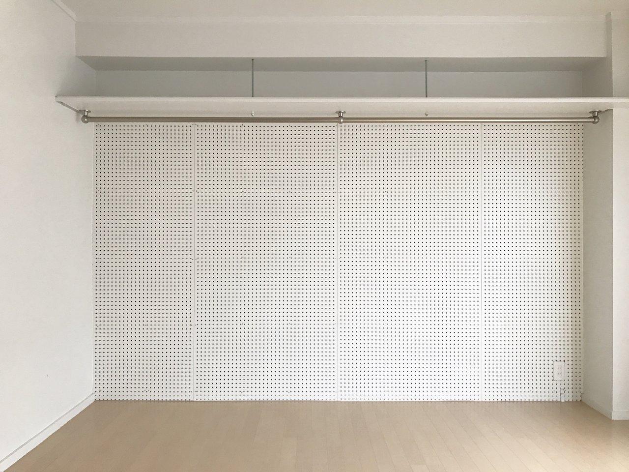 こちらはシンプルに、1面の壁が真っ白の有孔ボード!というお部屋です。そう、こういうシンプルでミニマム、でも便利な内装。ポテンシャル高く使いやすいんですよね。