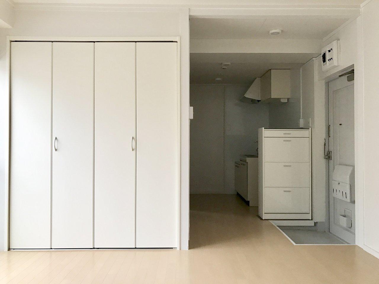 オープンなハンガーバーとは別でクローゼットもついています。広めのワンルーム、家具の配置も自在ですよ。