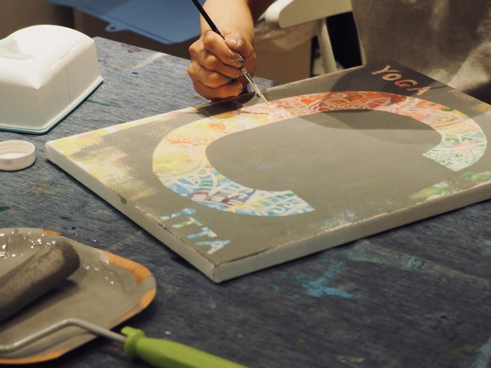 黒板シールを剥がした部分に、更に模様を重ねるという素敵なアイディア。