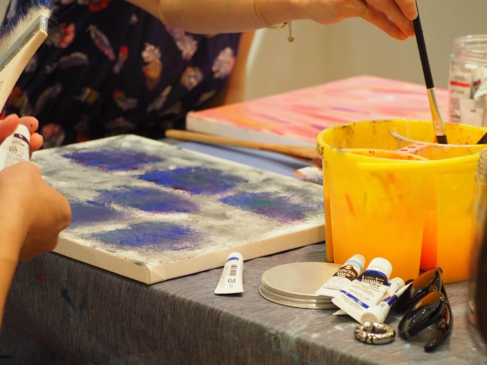 ここで塗る色が、最後は模様となって浮き出します。キャンバスの質感を活かして、粗めに色付をしても雰囲気が出ますね。