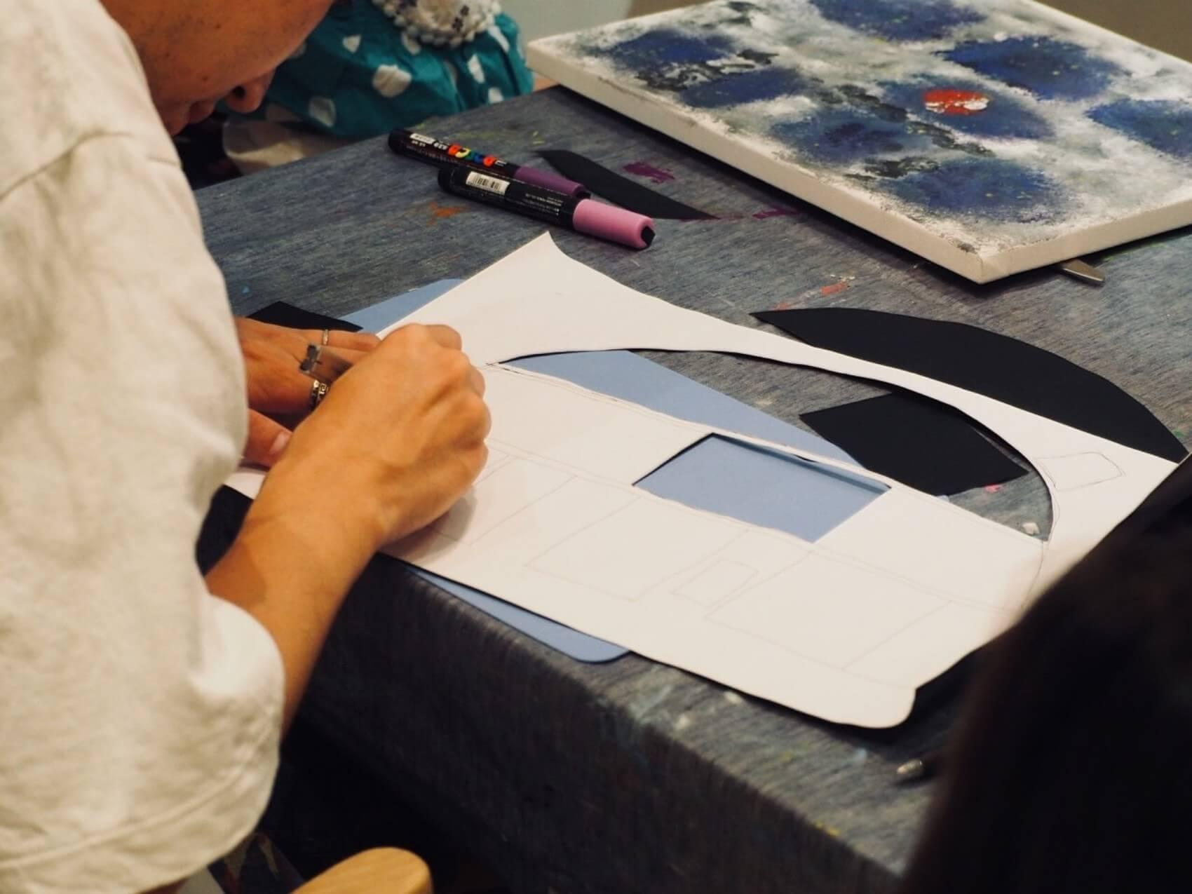 黒板シールの形が、最後は模様となって浮き出します。細かい部分はカッターなどを使い切り取っていきましょう。