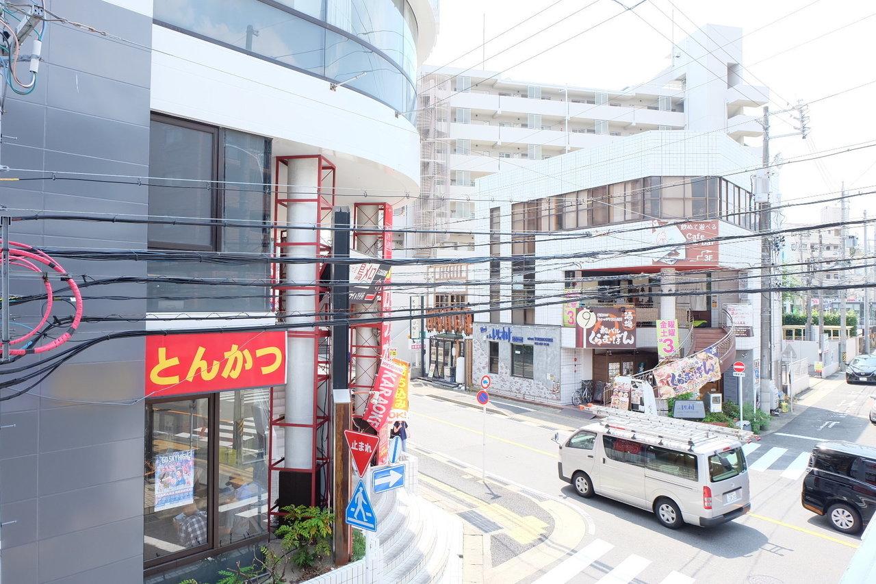 場所は、窓から駅の出入口が見えるほど近くのお部屋です。駅近特有の悩みが電車の音ですが、地下鉄なのでその点は問題なし。名古屋市の地下鉄の中で2番目に人気な鶴舞線沿線という事もあり駅周りにはコンビニはもちろん、多数の飲食店もあって、生活に便利な街ですよ。