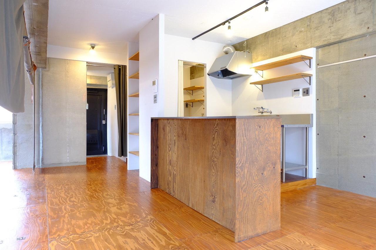 キッチンにもカウンターを新設。このカウンターの中は、棚になっています。食器を並べたり、炊飯器などの家電を置いてもOK。外側からは見えないので、生活感なくすっきり使用することができますね。