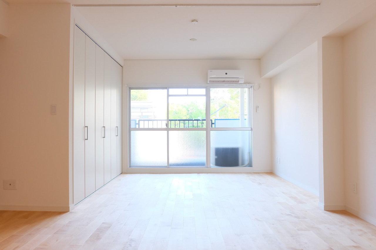 goodroomが自信をもっておすすめする、オリジナルリノベーション、TOMOSのお部屋。もともと2DKだったお部屋を大胆にぶち抜いてリノベーションしました。14.5畳のリビングスペースは南向きなので毎日あたたかな陽射しがお部屋全体を明るく照らしてくれます。床には樺桜という種類の無垢材をふんだんに使用しています。