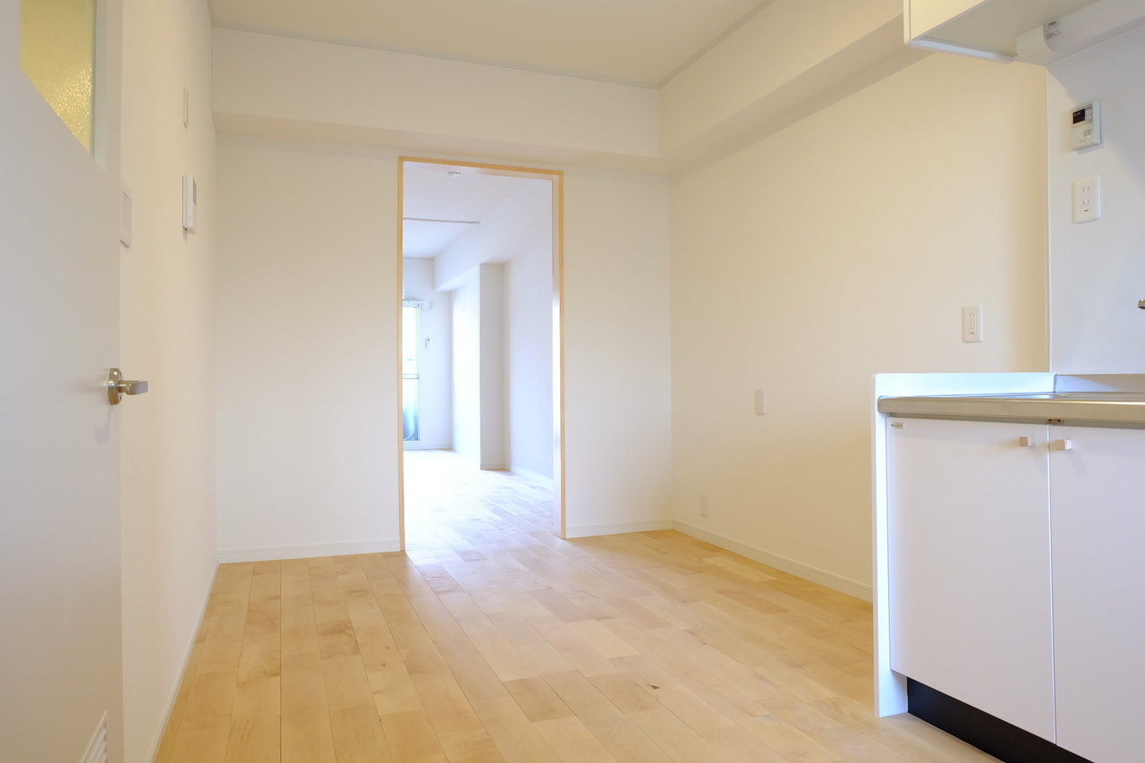 玄関から入ってすぐのキッチンスペースも6畳分あります。ダイニングテーブルも置けそうですね。