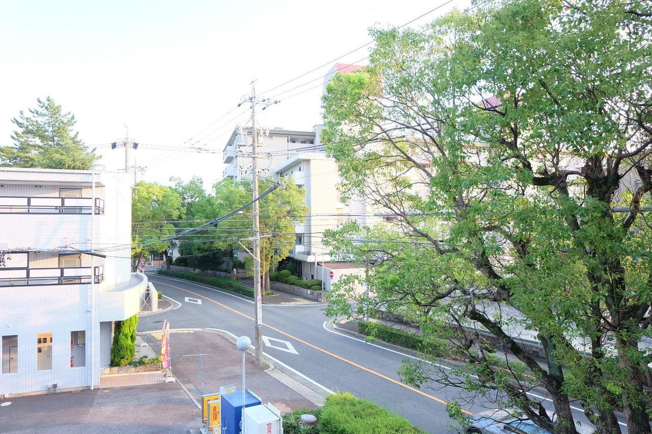 こちらのお部屋は、名古屋で人気の地下鉄東山線の本郷駅から徒歩5分の好立地です。緑が気持ちいい!