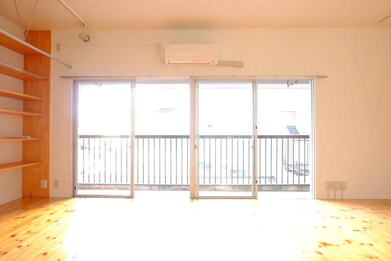 東向きですが、日当たりは問題なさそう。25畳のこのフローリングスペース。さあ、あなたはどう使う?