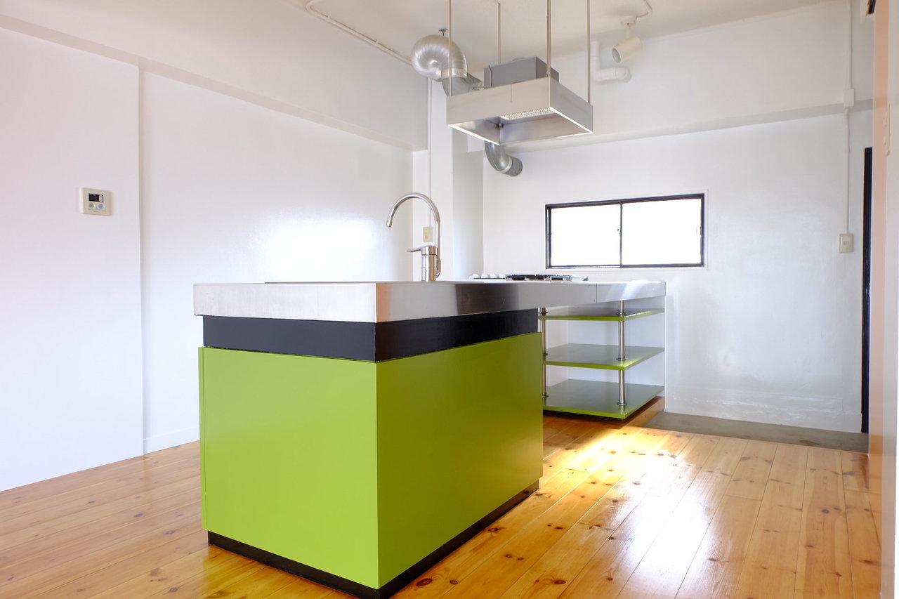もうひとつは、このかわいいコロンとしたキッチン。対面型で幅広のカウンターなので、少人数のお料理教室なんかもできちゃいそう。みんなにふるまいたいお料理好きの方、ぜひ見てほしい…!