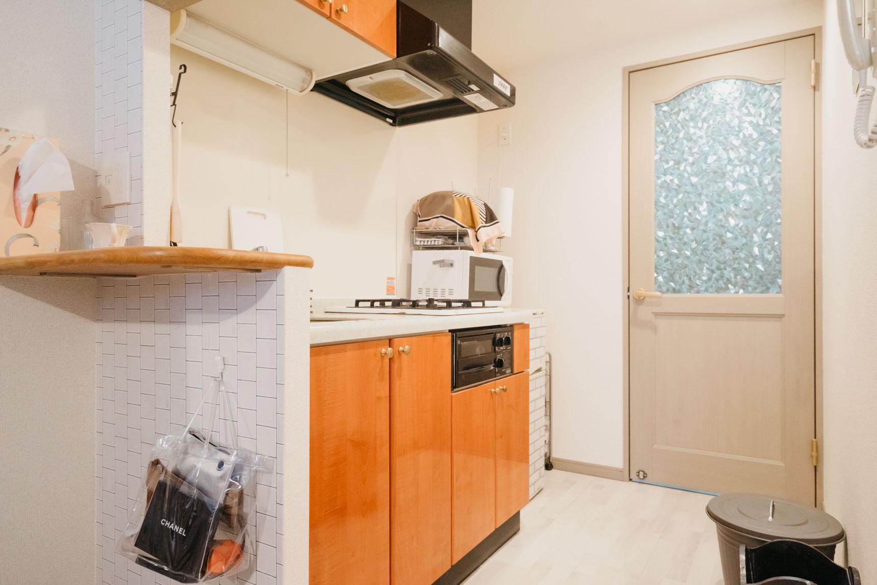 一人暮らしではこれが3部屋目とのこと。前に住んでいたお部屋もグレー、ピンクで統一されていたため、床がグレーなことと、この可愛らしいドアが決め手になったそう。