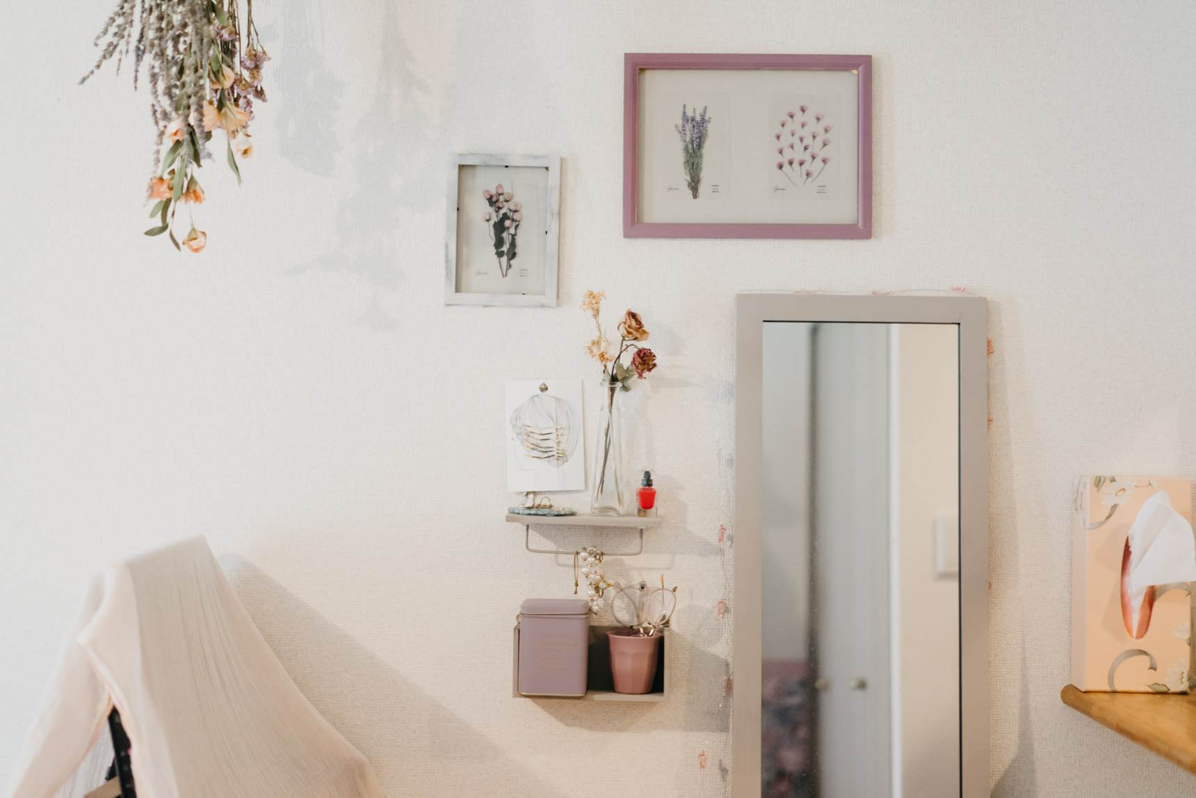 姿見の隣には、画鋲で止めた小さな棚を置いて、よく使うアクセサリーやメガネなどのちょっとした置き場に。可愛い中にも、ちゃんと生活動線が考えられていて素敵です。