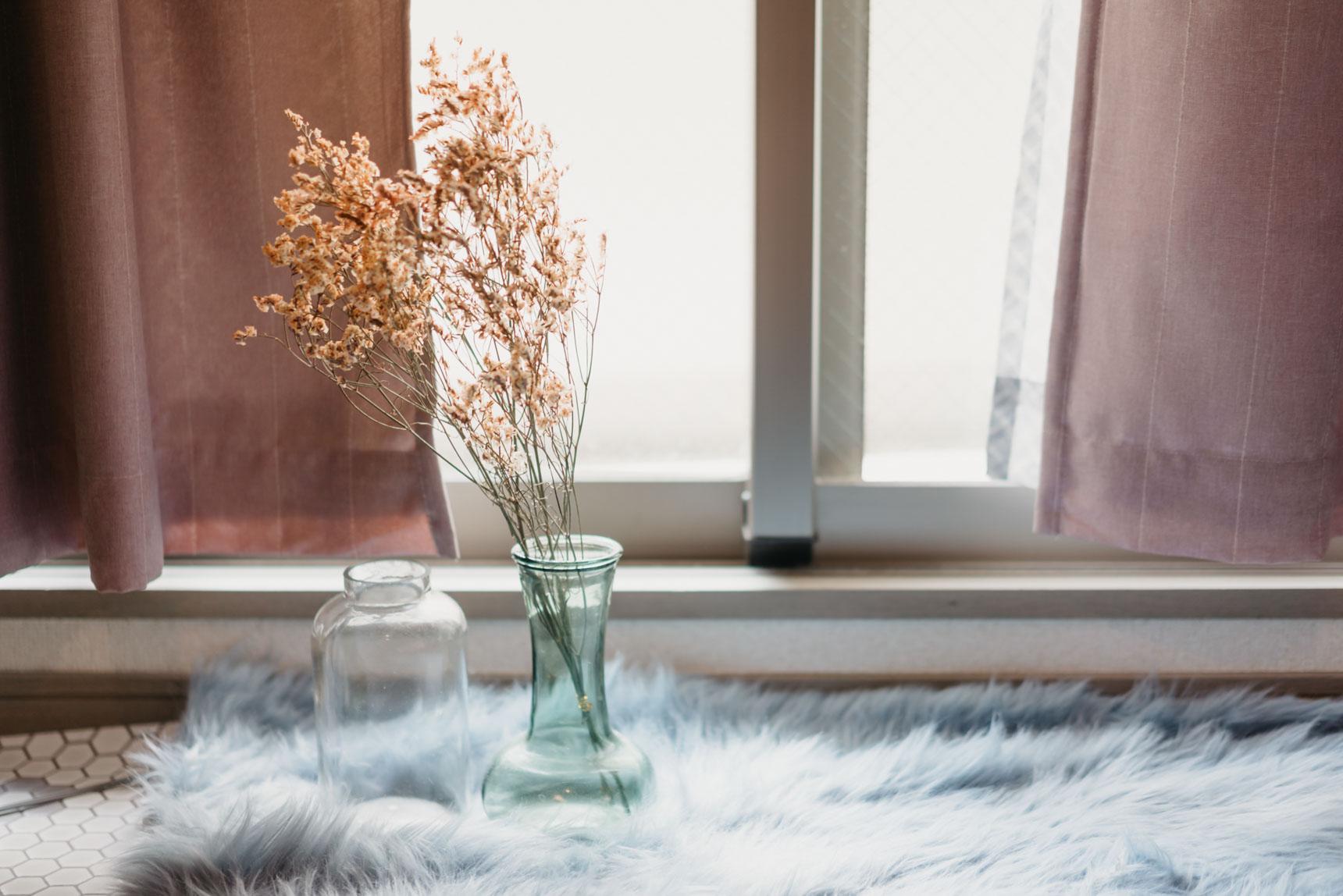 実は1階で、道路に面しているお部屋。窓からの視線があるので、ベッドなどの家具は入り口側に寄せて、窓にははがせる遮光フィルムを貼られています。でもお部屋の中でここまで世界が完成されていると、窓の外ってほとんど気にならないものですね。お洗濯物は浴室乾燥を利用されるそう。