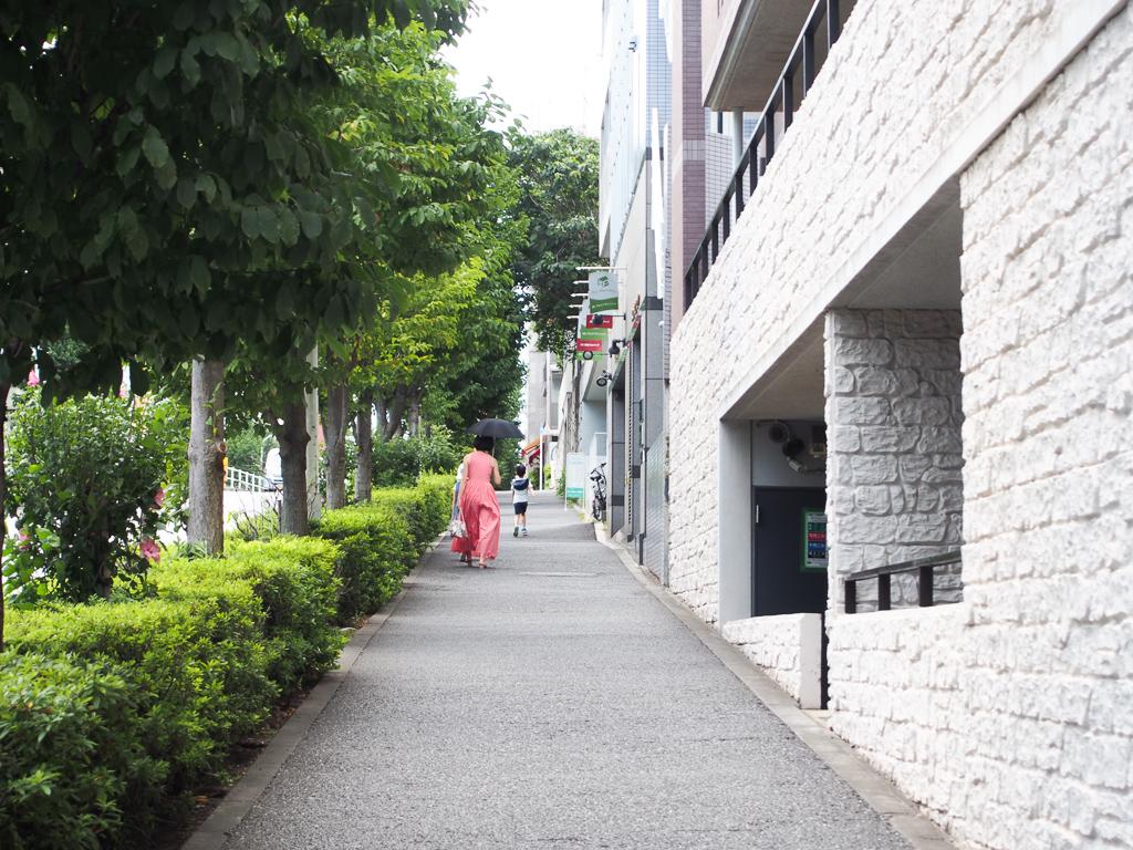 井の頭通り沿いには大きなマンションやショップが並んでいます。