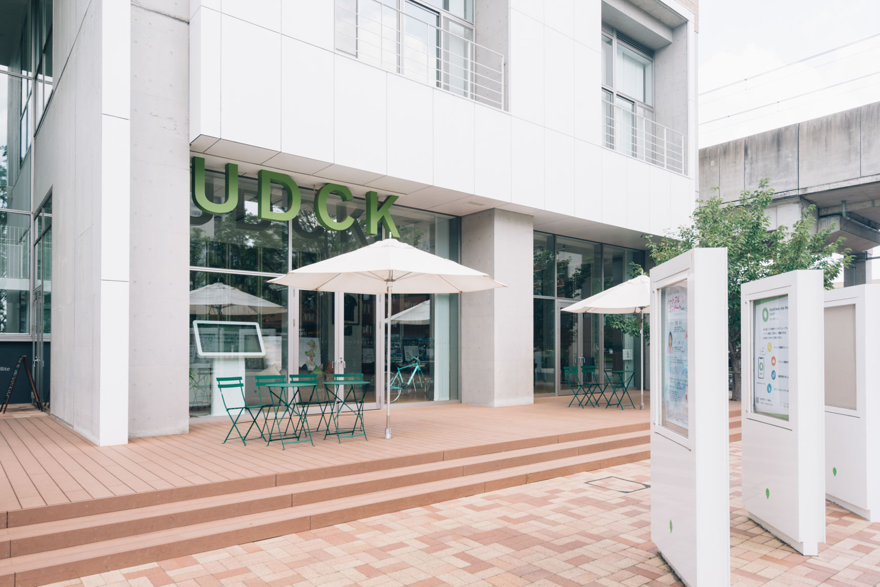 街づくりの拠点となる柏の葉アーバンデザインセンター(UDCK)も、すぐ目の前にあります。ラウンジは誰にでも開かれていて、気軽に立ち寄って街の情報を知ることができるのが嬉しい。
