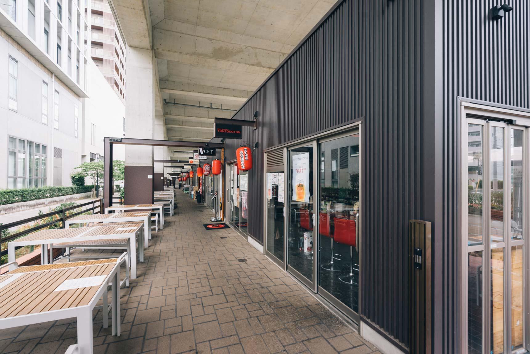 駅の高架下には、2019年春に全体オープンしたばかりの「駆け出し横丁」。飲食店とランナーズステーション機能を備えたカフェが入る、ユニークな施設です。