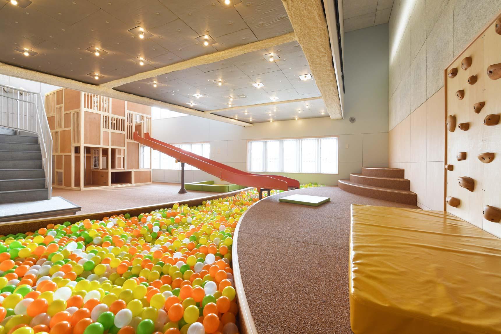 子どもたちが遊んでいるのを4階で仕事しながら見守ることができる「チコル☆パーク・チコル☆ワーク」もありました。とっても広々のスペースがあって、遊具も充実。子どもたちが夢中になっていました。