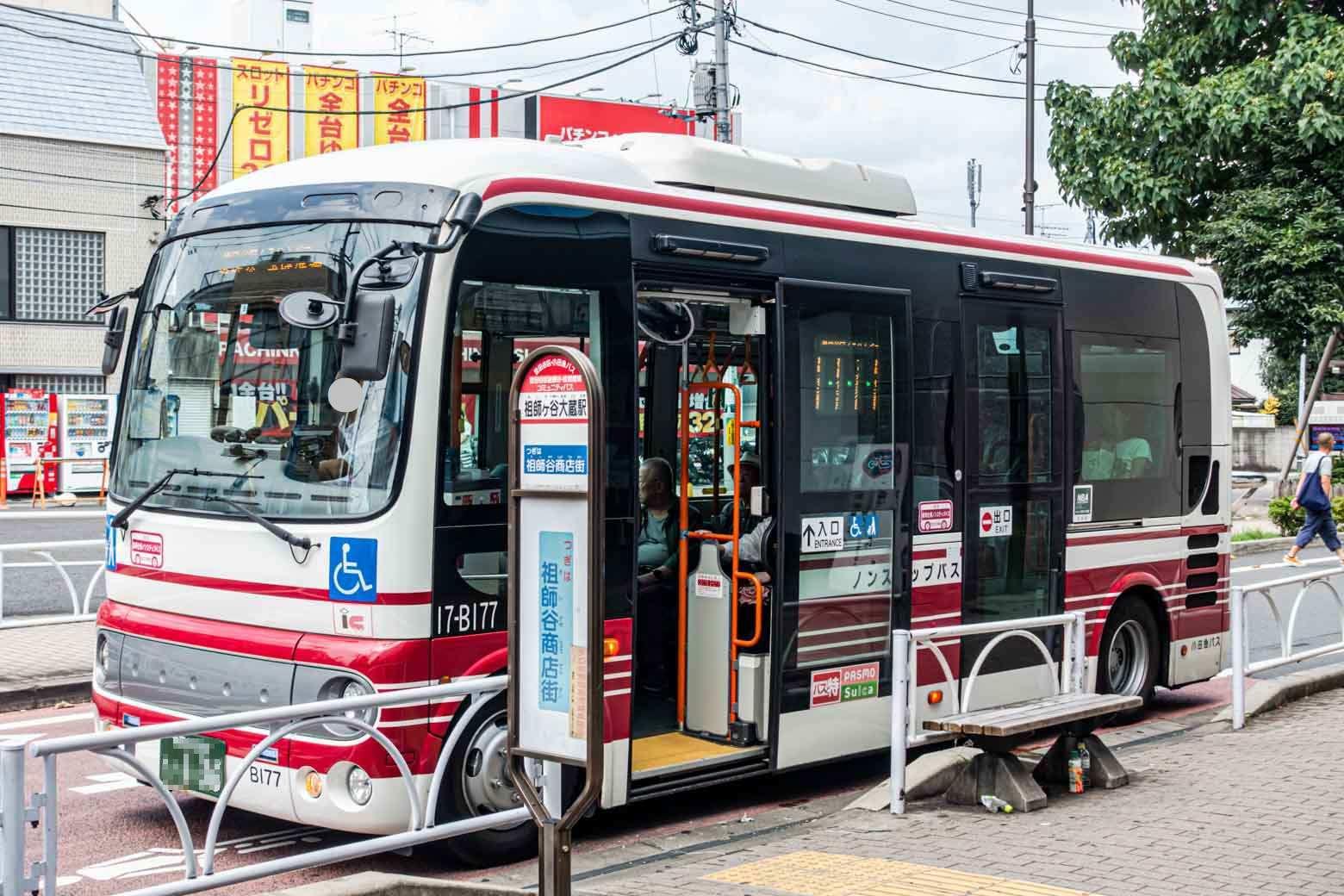 駅前に東急バスと小田急シティバスの乗り場もあります。写真は地域の主要施設を循環しているコミュニティバス。ずんぐりしたフォルムがキュートですね。〈くるりんバス〉という愛称で地域住民から親しまれているそうですよ。