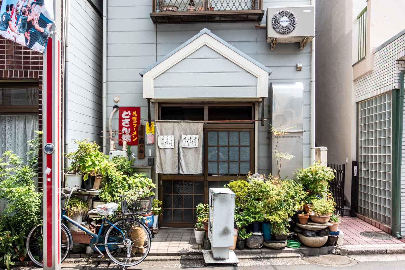 さらに、近所で美味しそうな割烹料理屋を発見(むかしは札幌ラーメンのお店だったのでしょうか?)。