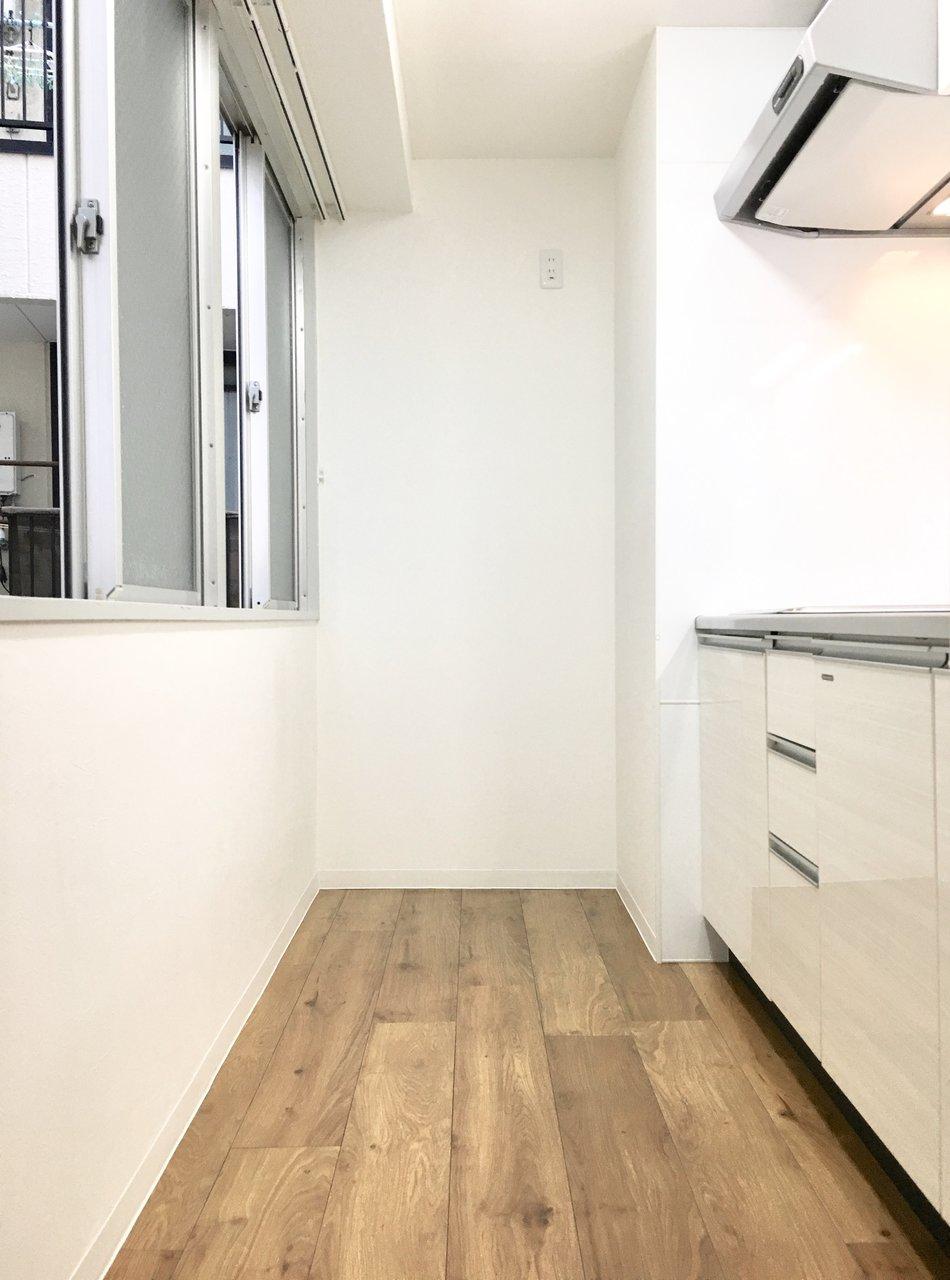 キッチンも広々!後ろに窓があるので、陽射しも入るし、何より換気がしやすいのがいいですね。キッチンだけでなく、お風呂もきれいで広いので、新生活を始めるにはもってこいのお部屋です。
