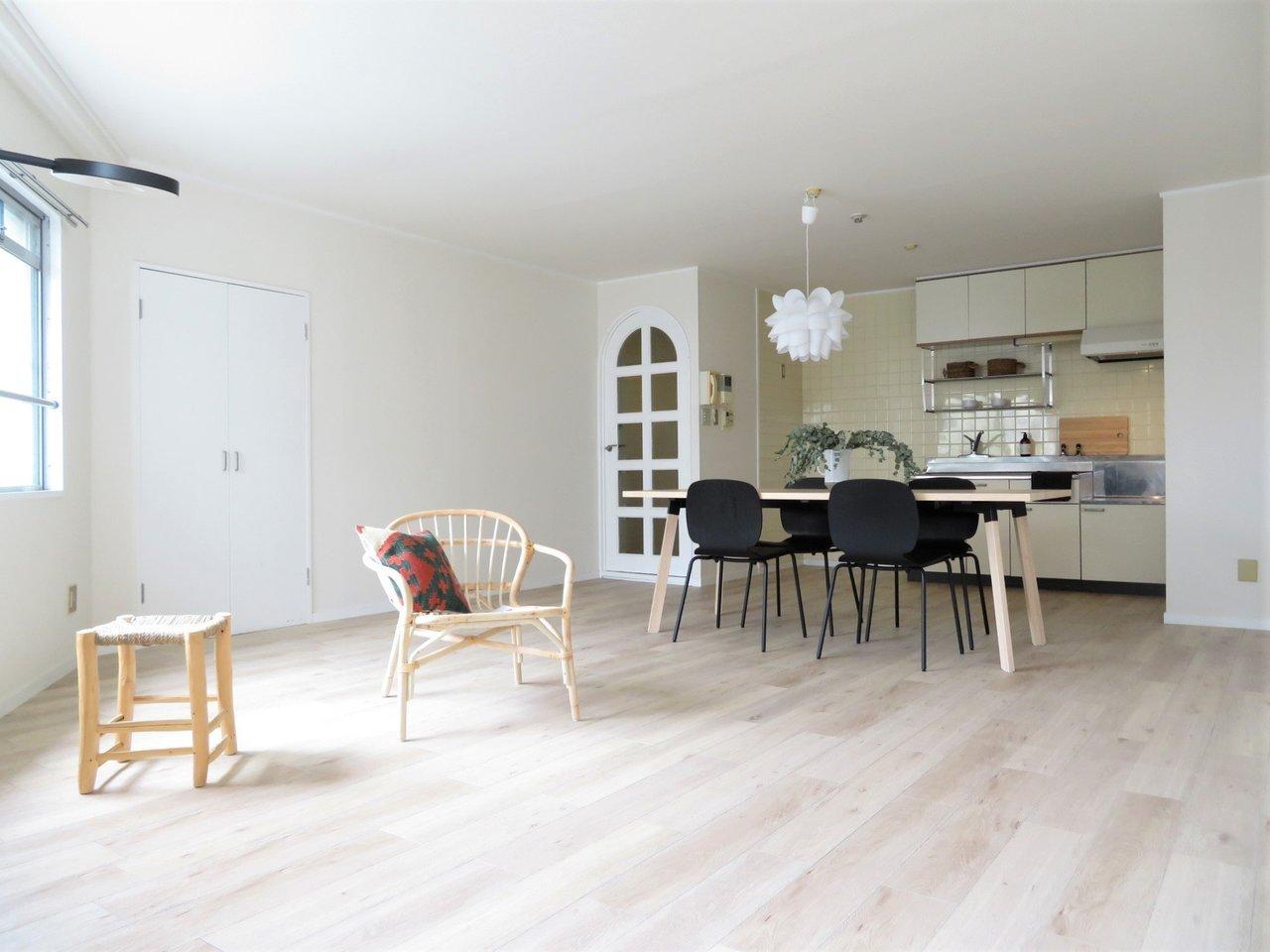 続いてはファミリー向けの2LDKのお部屋。リビングは2面採光のため、とっても明るく感じられ、18畳の広さがあります。家族みんなで住んでも広々と暮らせそう。しかも写真に載っている家具はプレゼントされるものなんです!