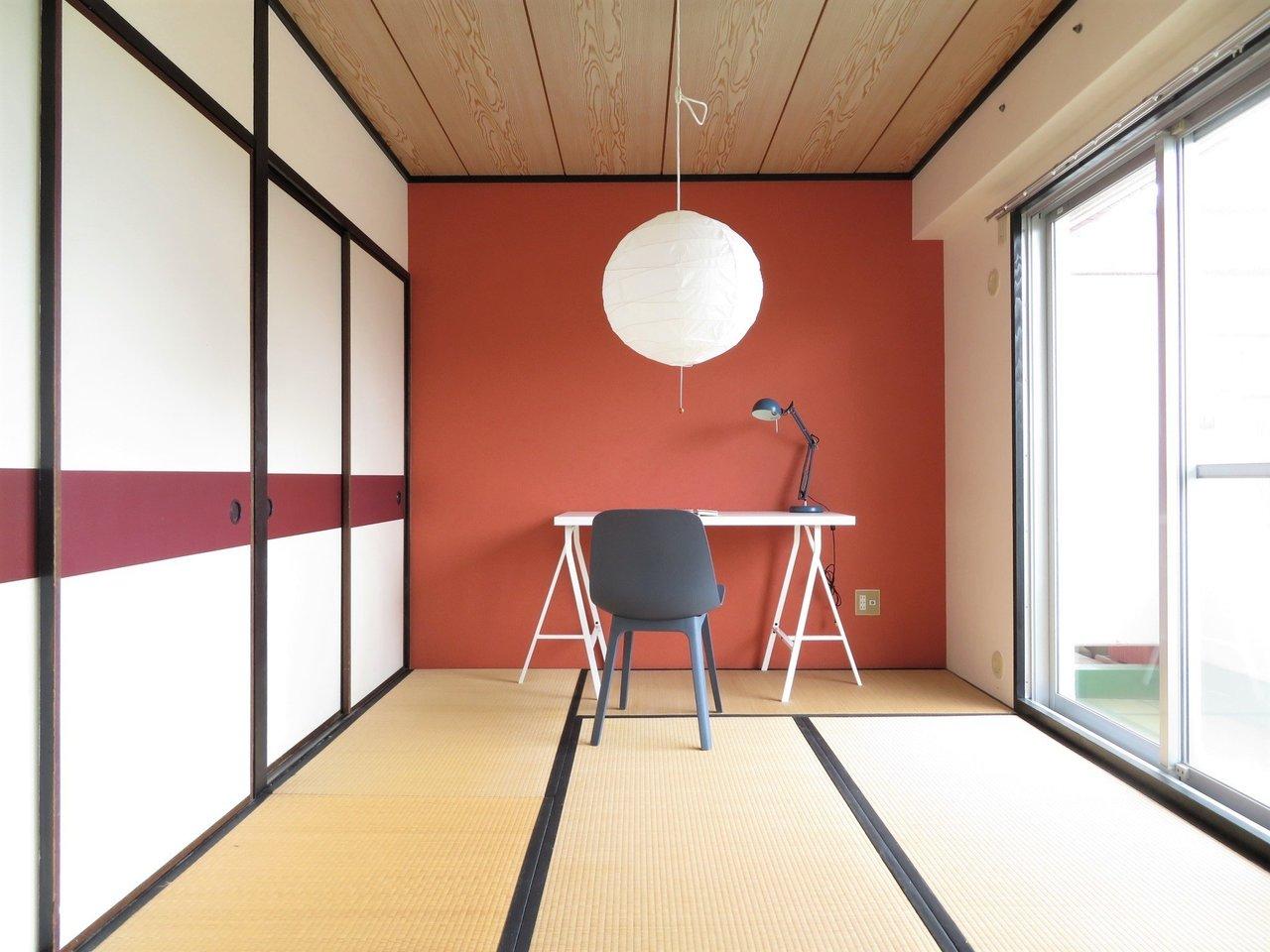 リビング以外の2部屋は和室が。それぞれ、壁紙はシックな朱色と藍色。派手さはなく、畳にもよく合っています。