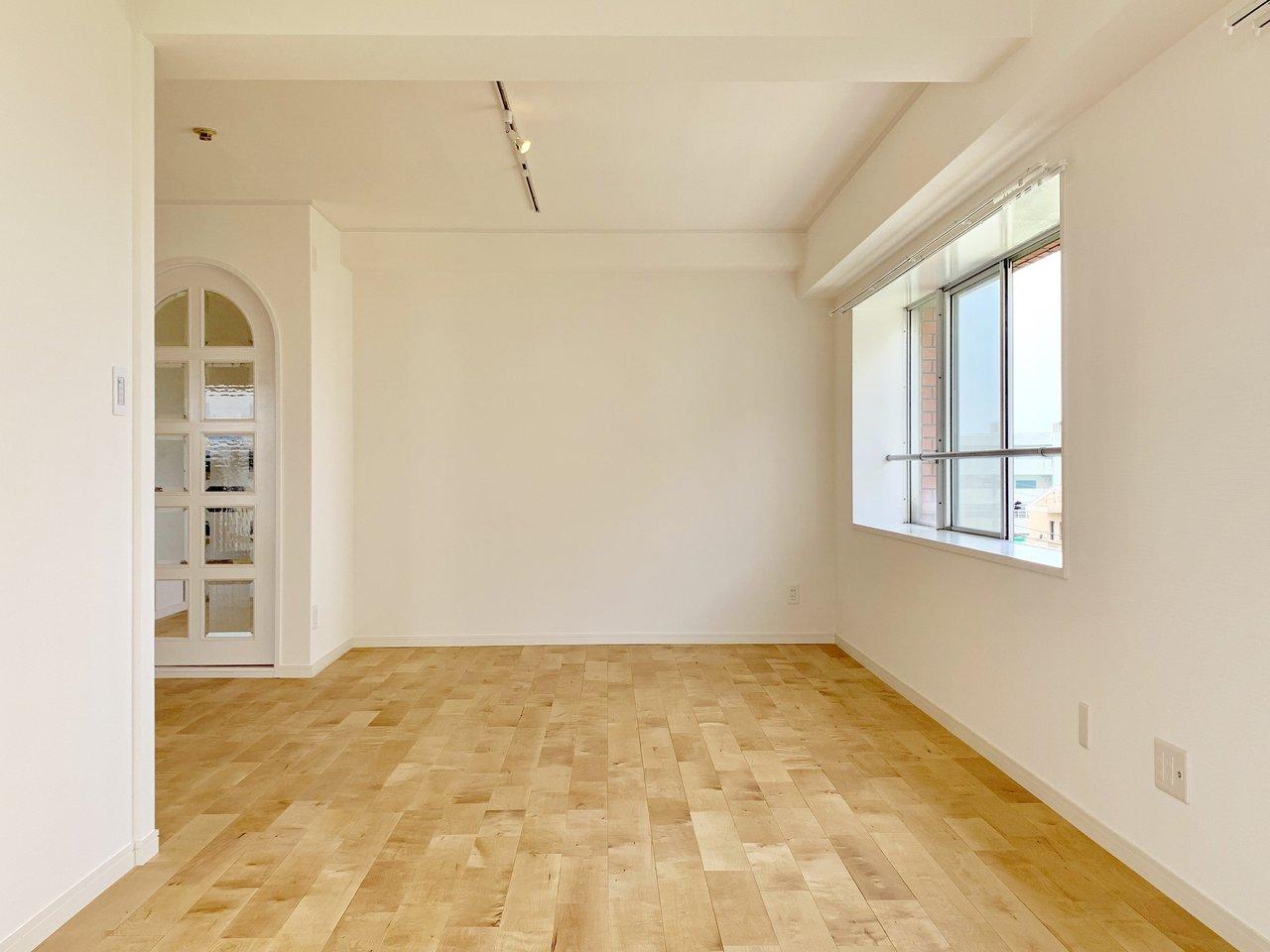 続いては、goodroomのオリジナルリノベーション「TOMOS」のお部屋です。ひろーいリビングは、18畳。窓もたくさんあって、明るい空間。TOMOSのこだわりである「床」はパーチの無垢床を採用しました。