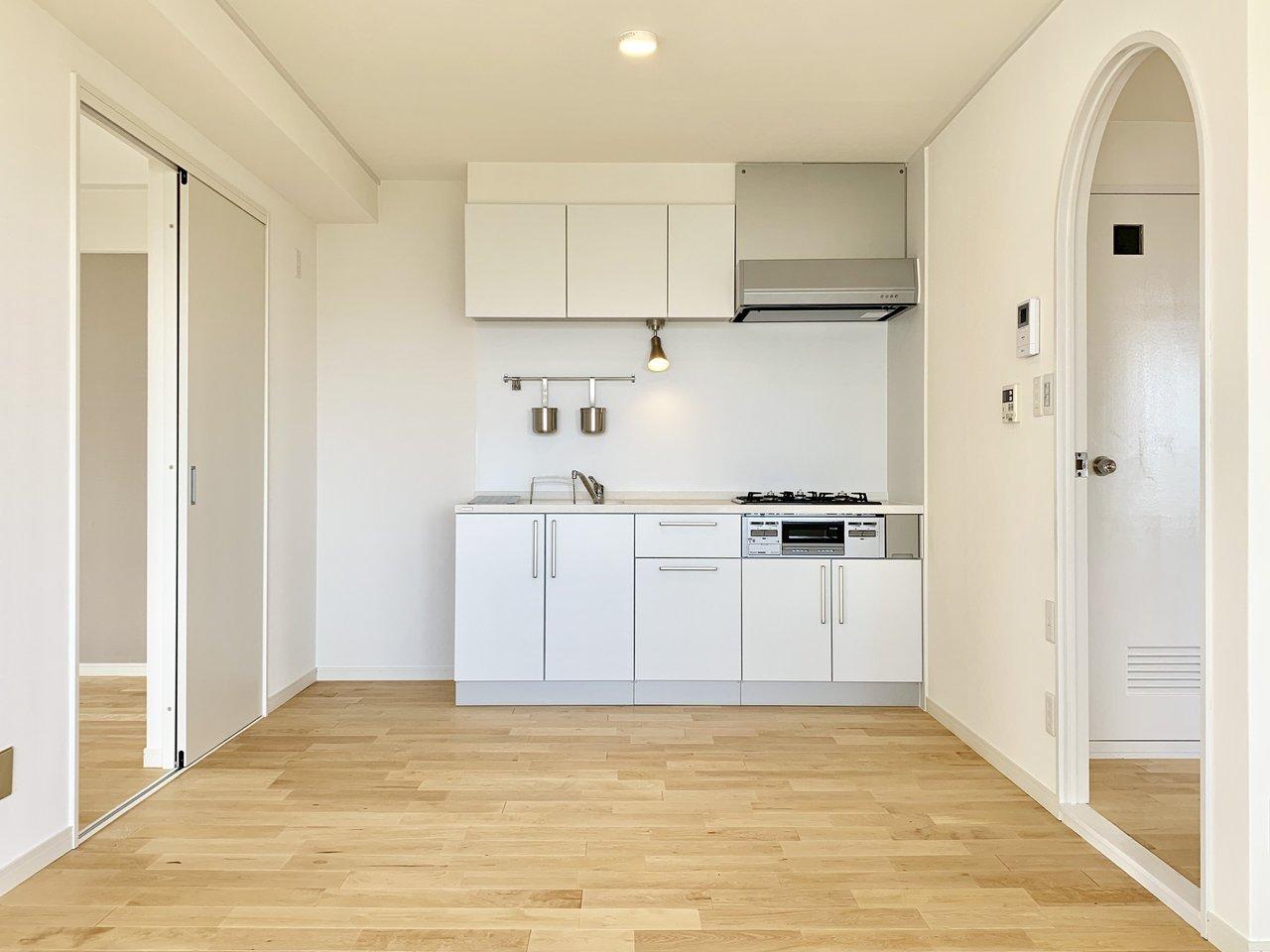 キッチンもこの通り。3口ガスコンロ+グリル付きのキッチンです。背面にも広いスペースがあるので、カウンターをDIYしてあなただけのオリジナルスペースを作ってもいいですね!