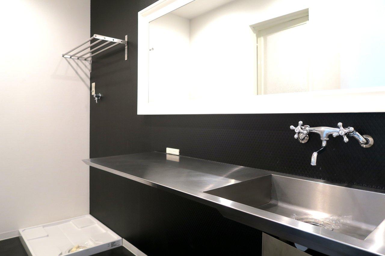 広い洗面台はグッと抑えてブラックカラー。横に広いので、家族や友人と並んでもケンカしなくて済みそう!